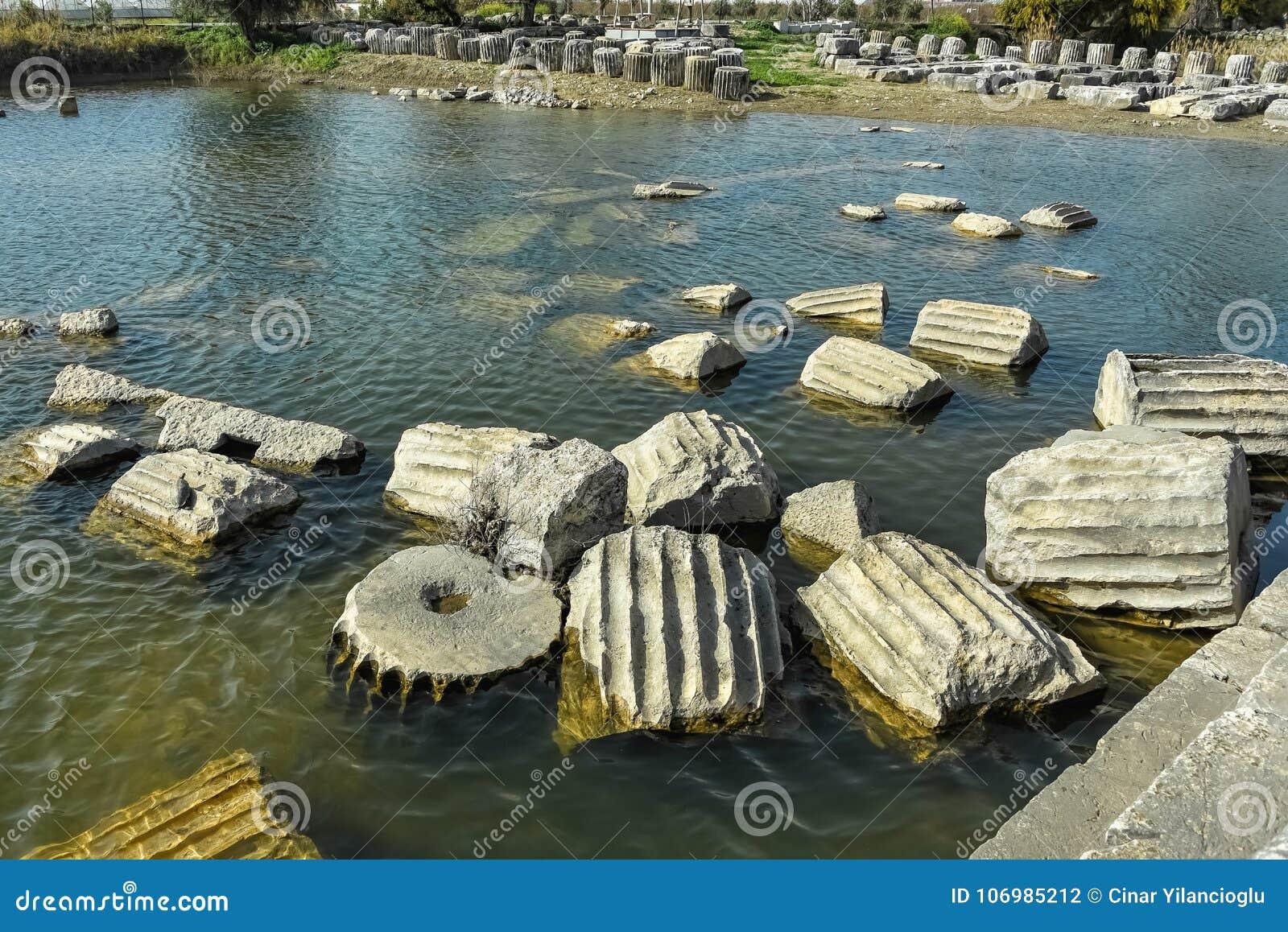 寺庙柱子遗骸在池塘