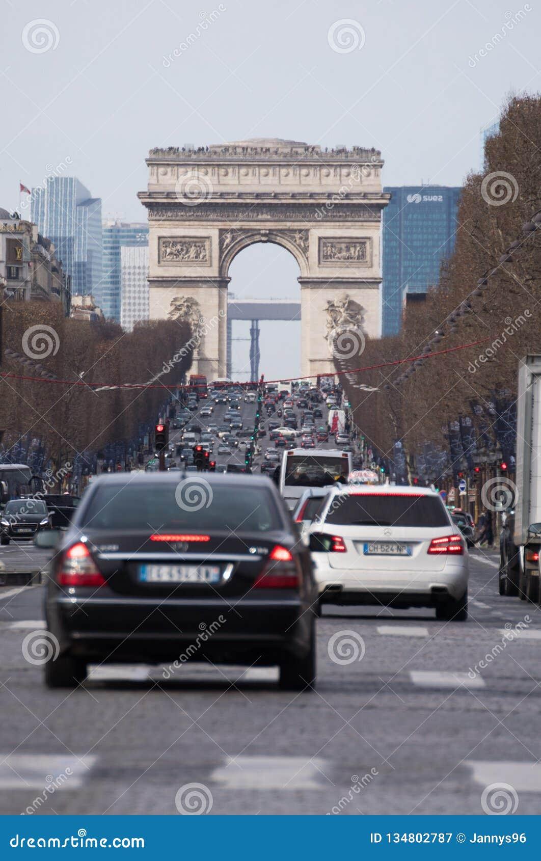 导致对凯旋门的街道在abusy天在巴黎