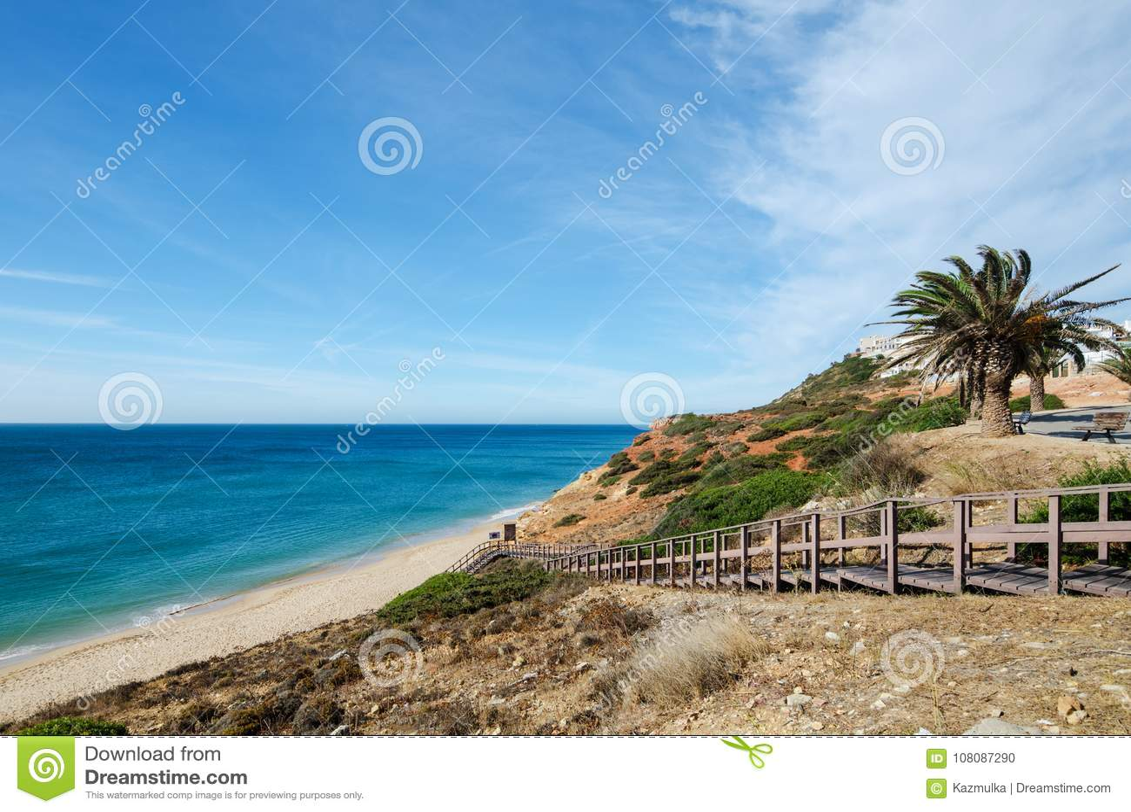 导致Salema村庄美丽的沙滩的木楼梯  维拉做Bispo,区法鲁,阿尔加威,南葡萄牙