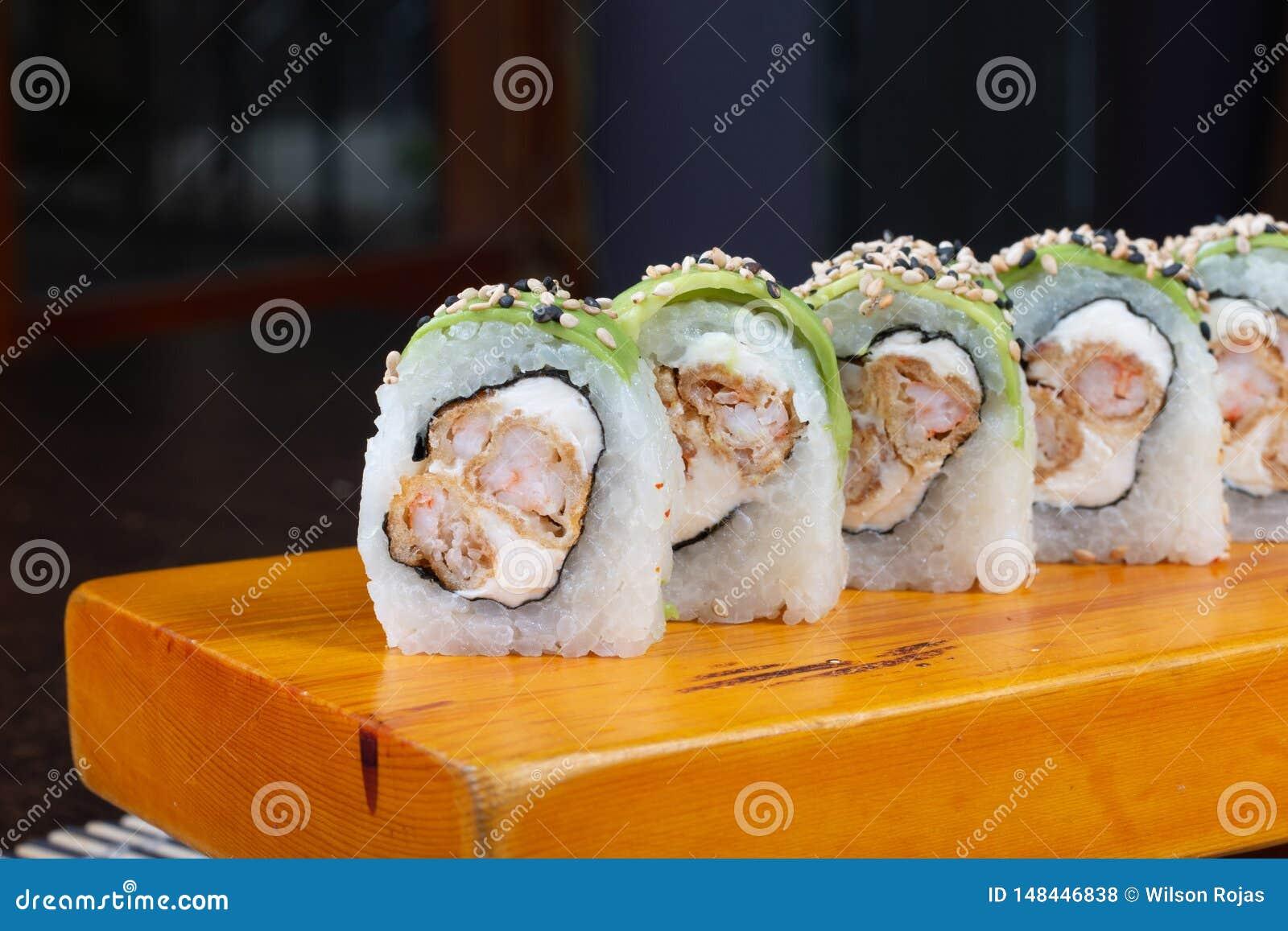 寿司卷在木头-图象服务