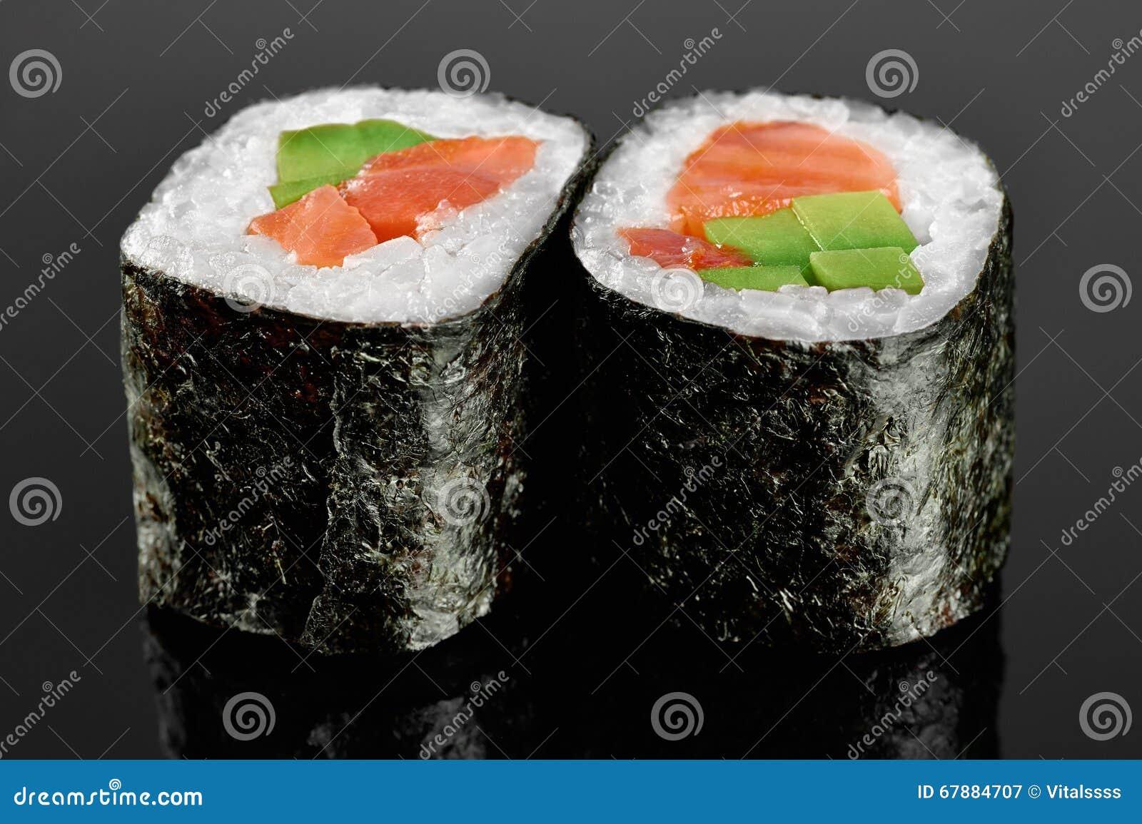 寿司卷用鲕梨,三文鱼和辣调味汁