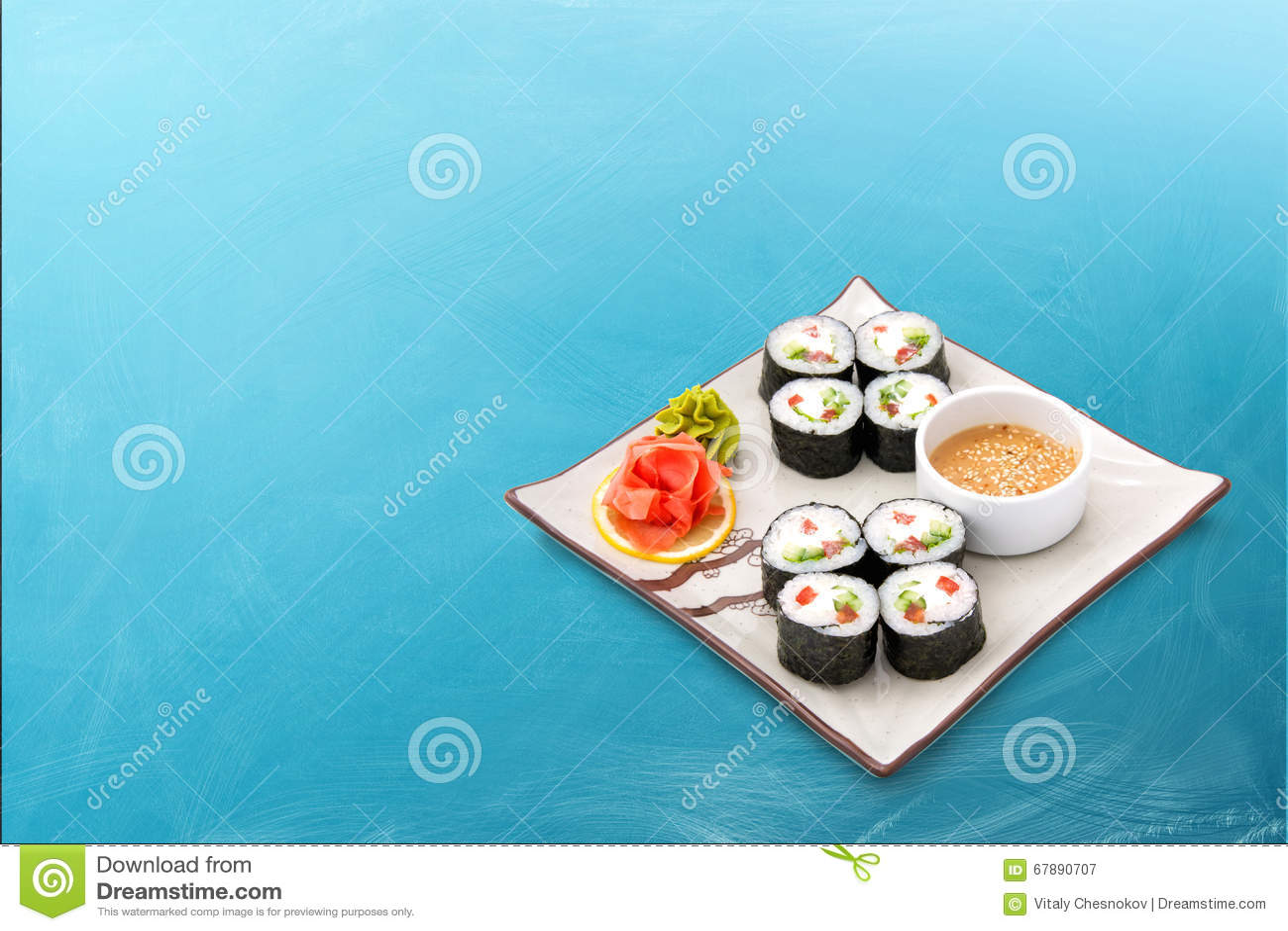寿司卷设置与海草和调味汁