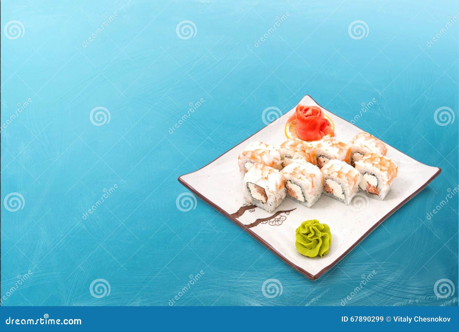 寿司卷设置用鱼子酱和金枪鱼