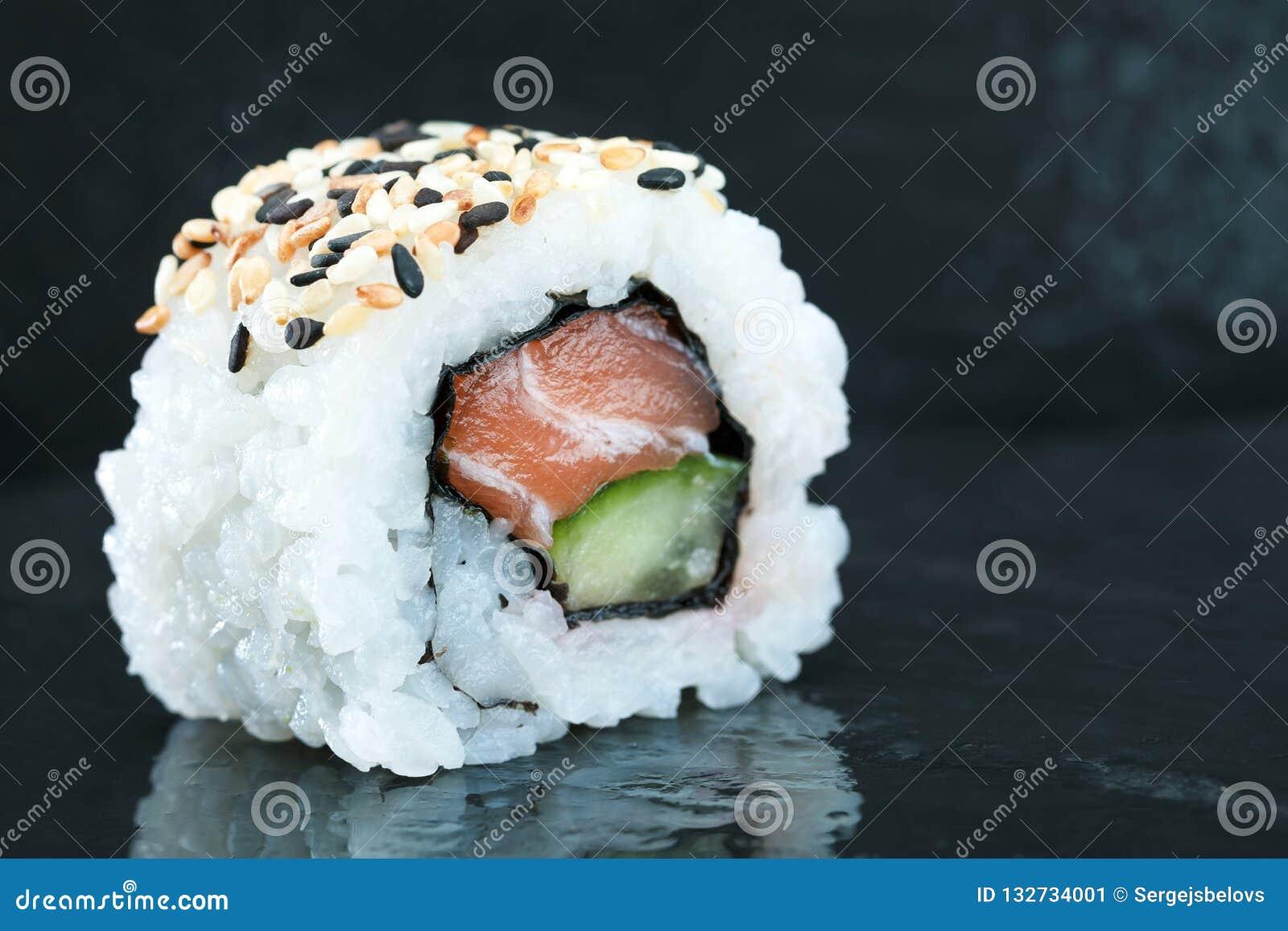 寿司集合生鱼片和寿司卷在石板岩服务