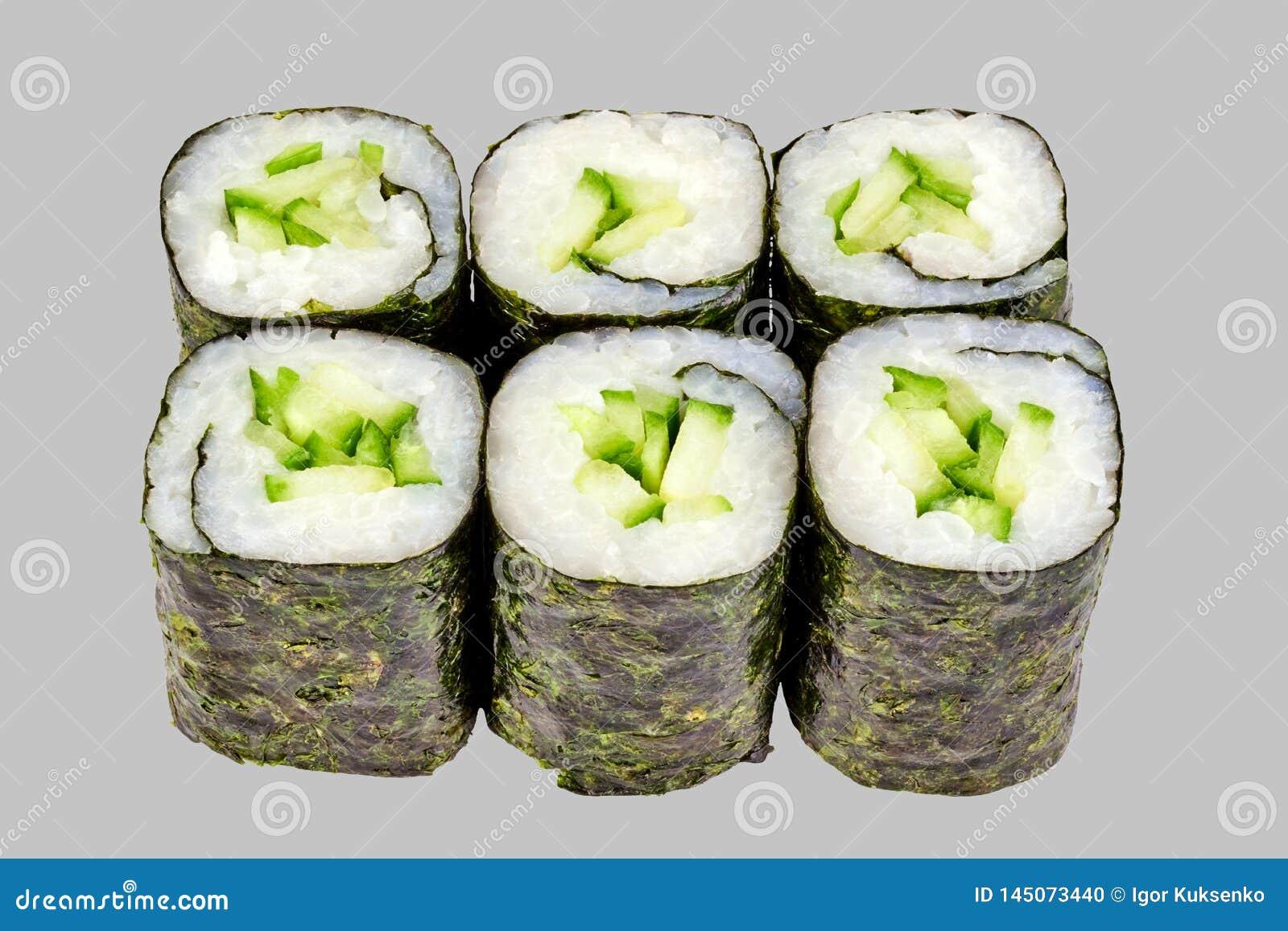 寿司maki卷用在灰色背景的黄瓜