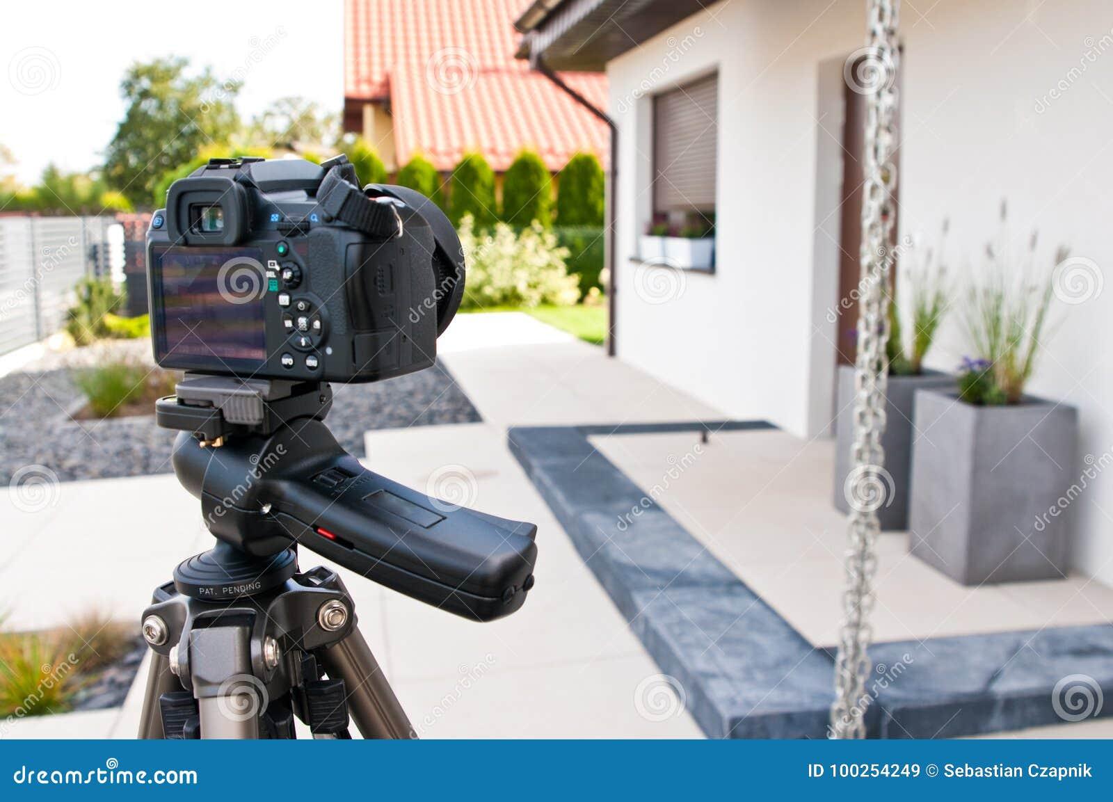 射击房子外部、摄影师照相机、三脚架和ballhead