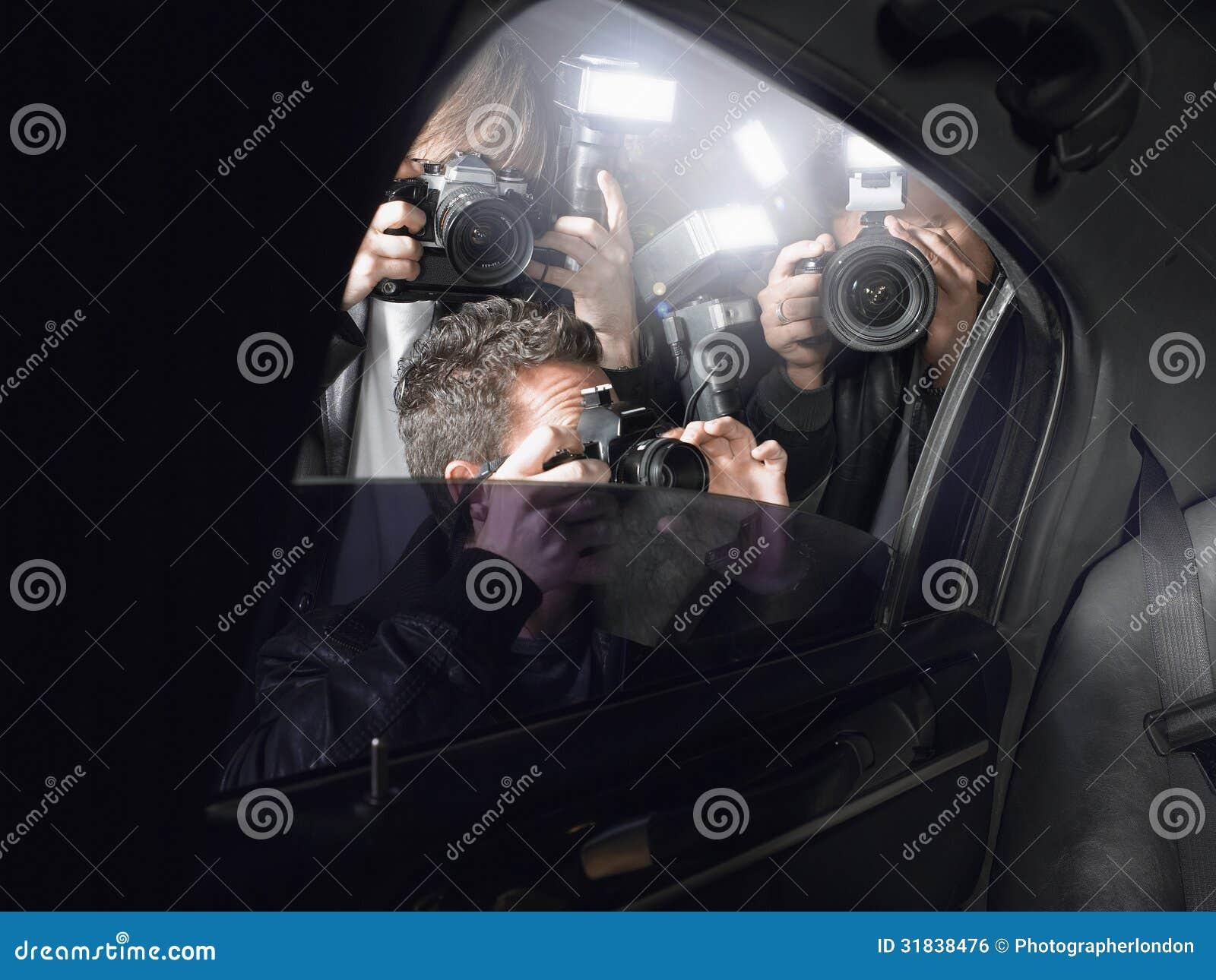 射击通过车窗的无固定职业的摄影师
