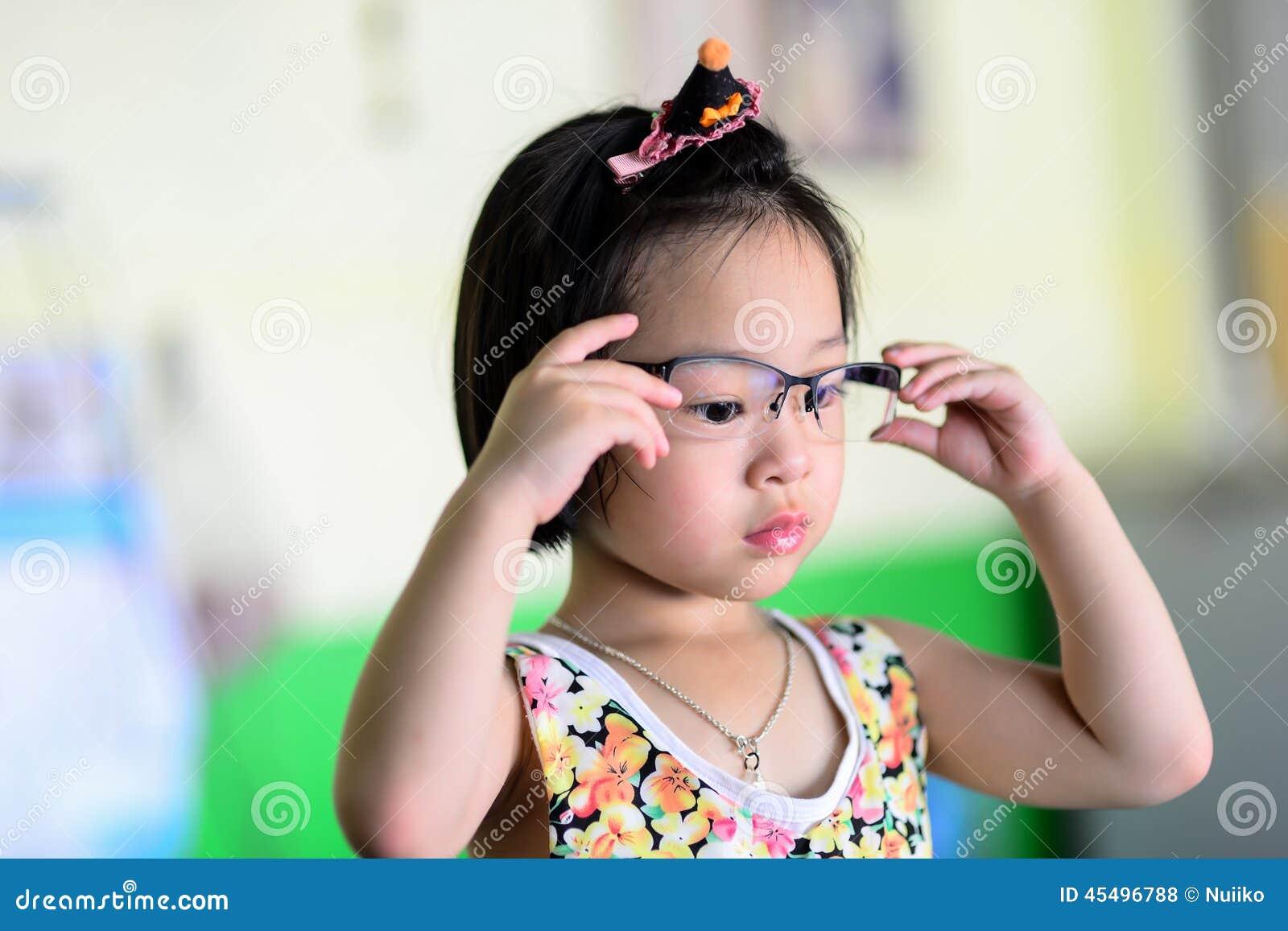 小亚裔女孩佩带的玻璃