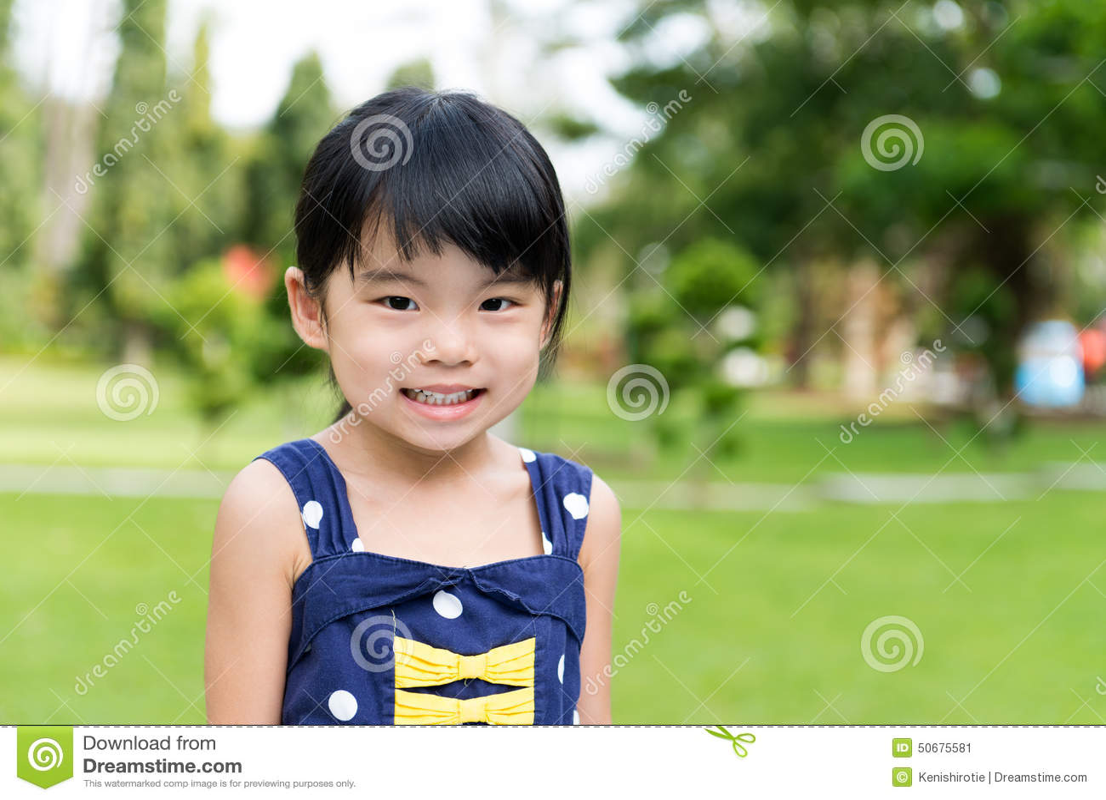 Download 小亚裔女孩在公园 库存图片. 图片 包括有 聚会所, 庭院, 春天, 孩子, 幸福, 放松, 敬慕, 微笑 - 50675581