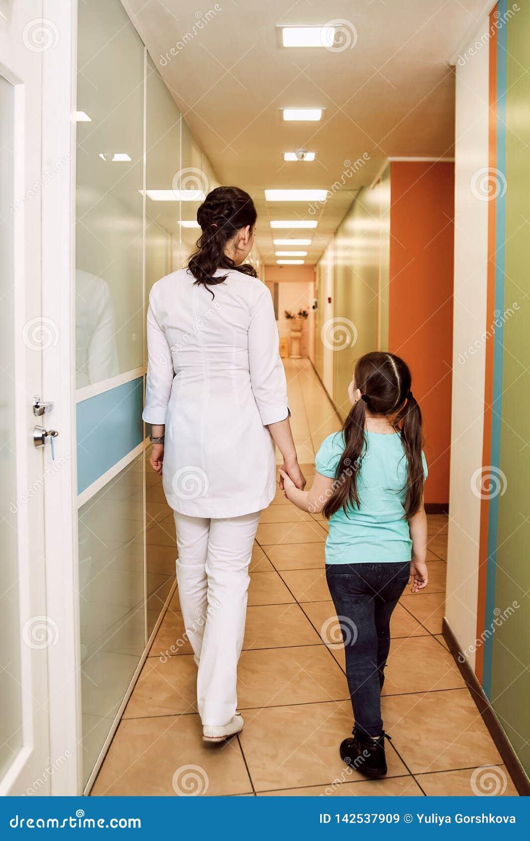 小儿科牙科 牙医带领女孩对待牙