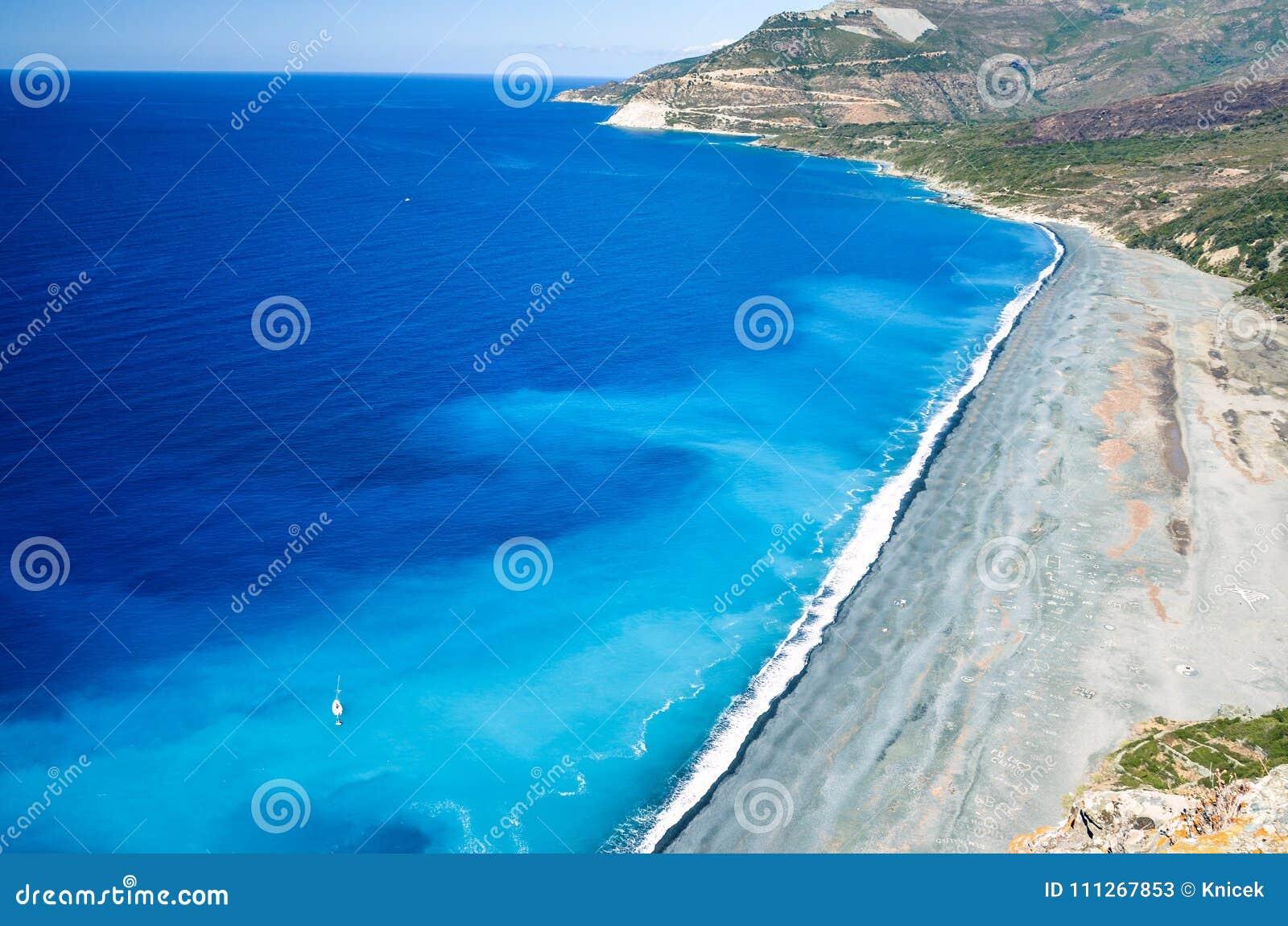 小卵石在可西嘉岛,法国的西海岸的Nonza海滩