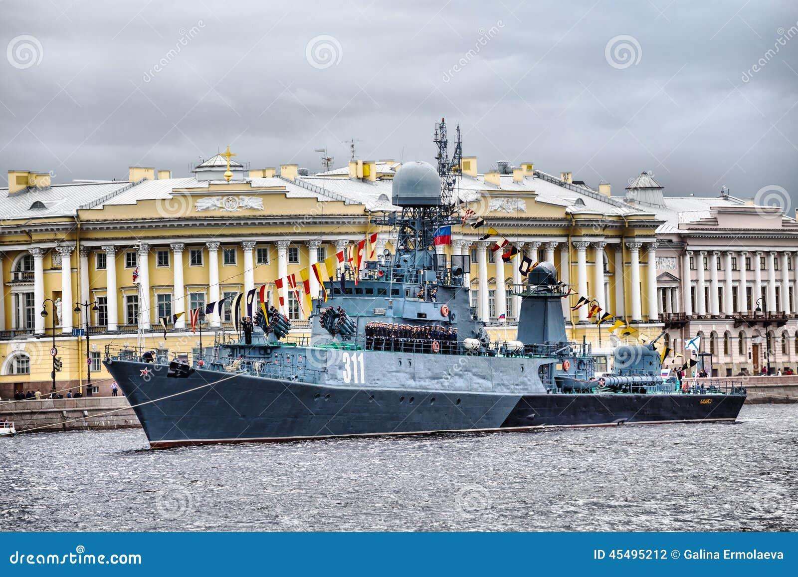 小反潜艇船Kazanetz在俄罗斯旗子的天在圣彼德堡