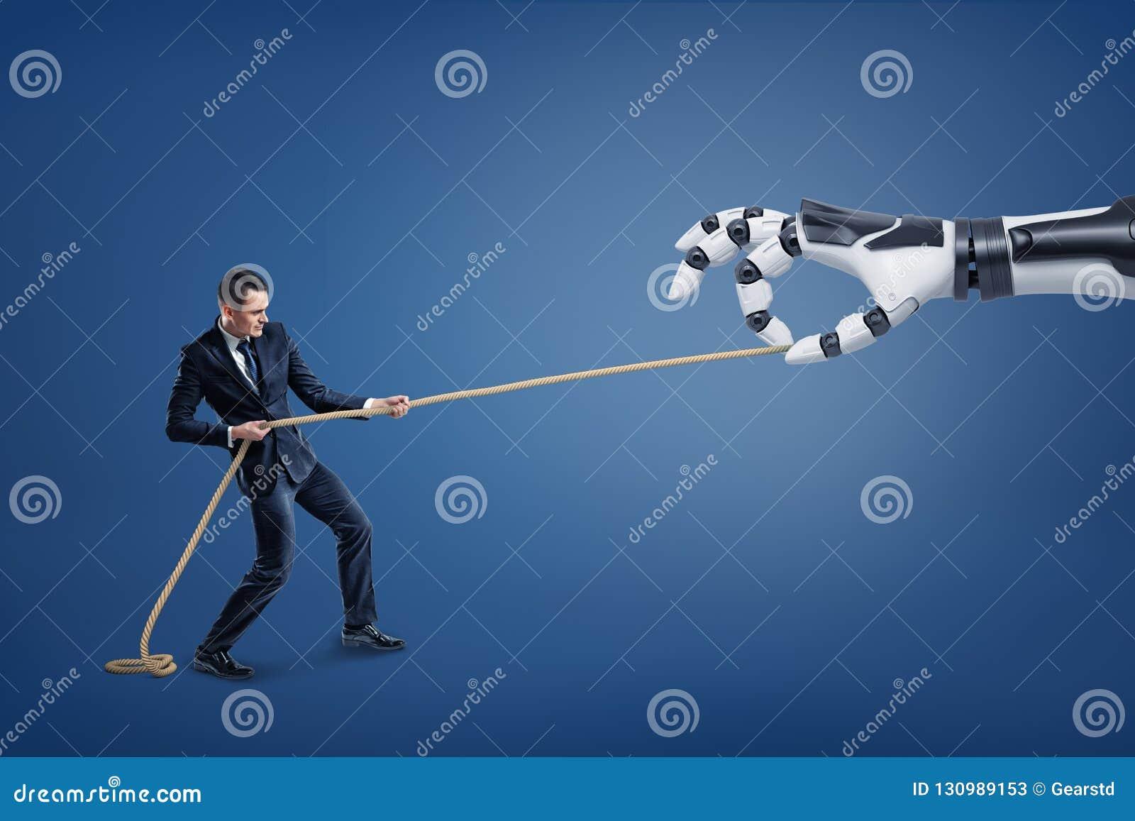 小商人用力拖竞争与一只巨型机器人手的一条长的绳索