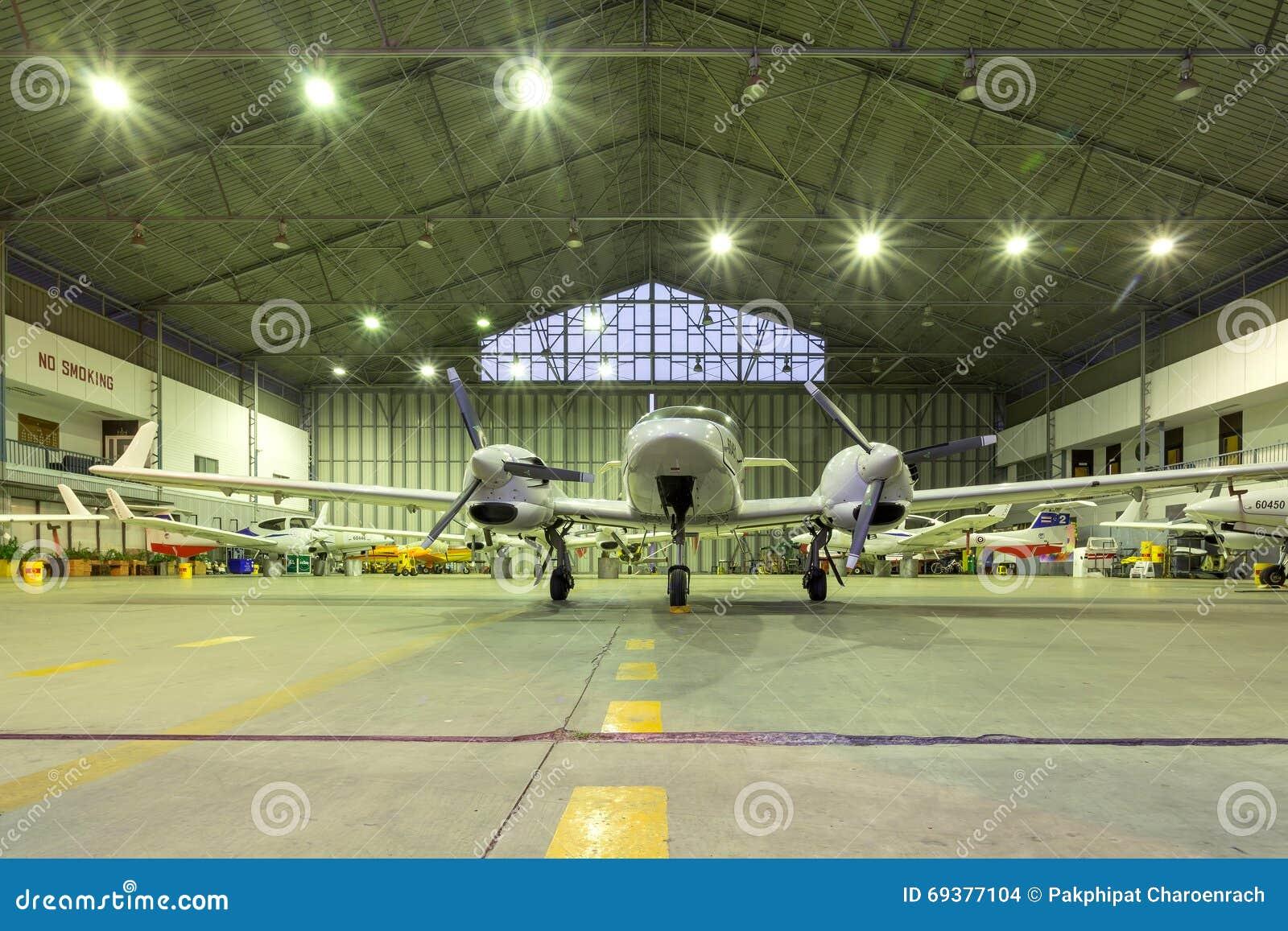 小喷气机在飞机棚