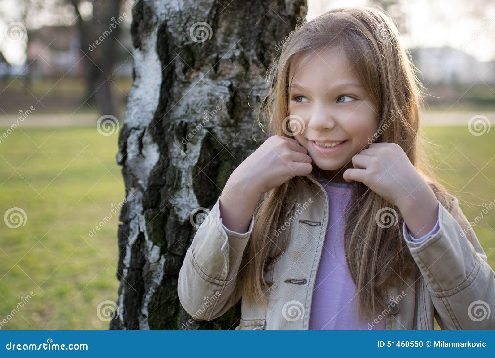 小女孩在公园