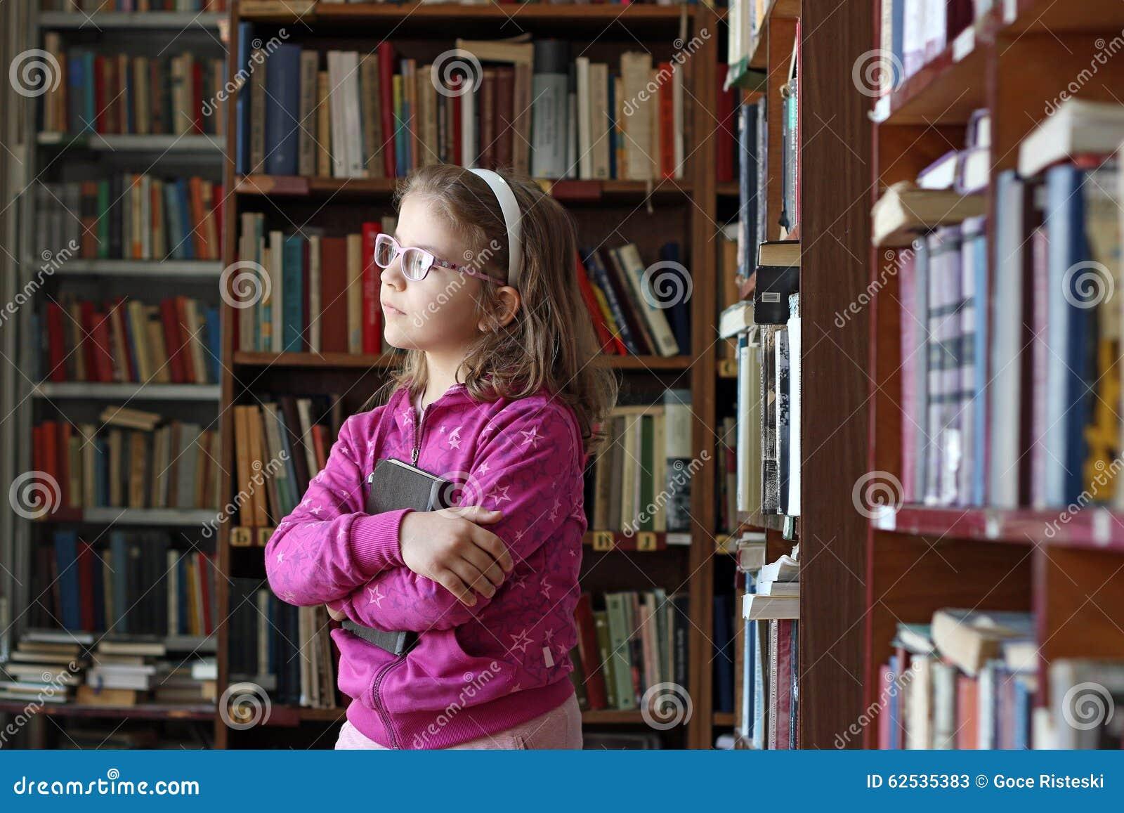 小女孩在图书馆里