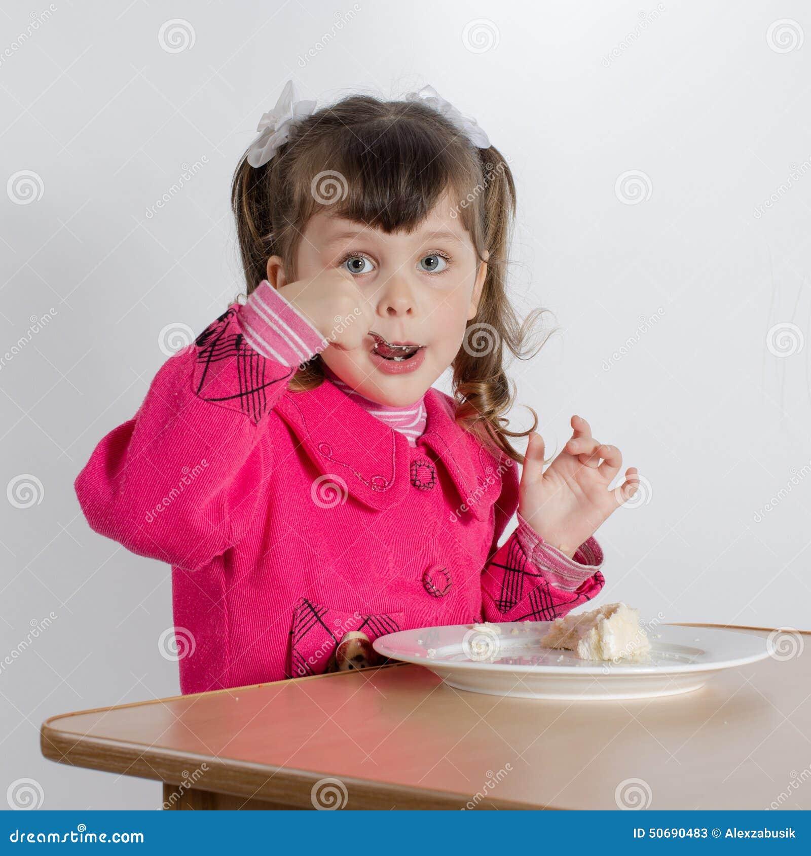 Download 小女孩在桌上 库存图片. 图片 包括有 照相机, 图象, 藏品, 东部, 白种人, 女演员, 童年, 国内 - 50690483