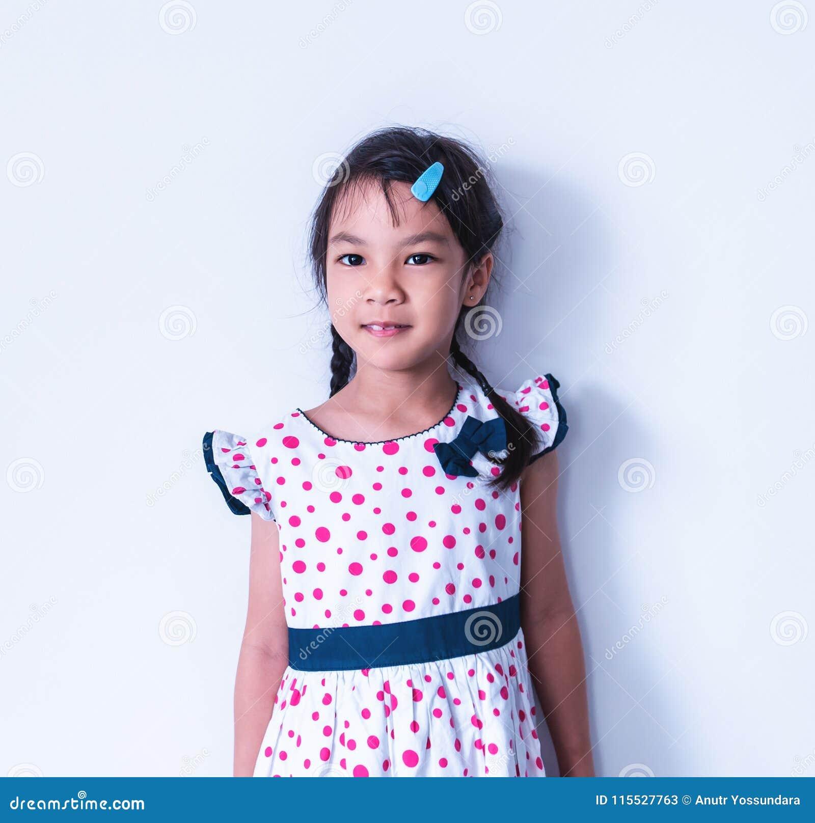 小女孩在甜葡萄酒礼服的画象手