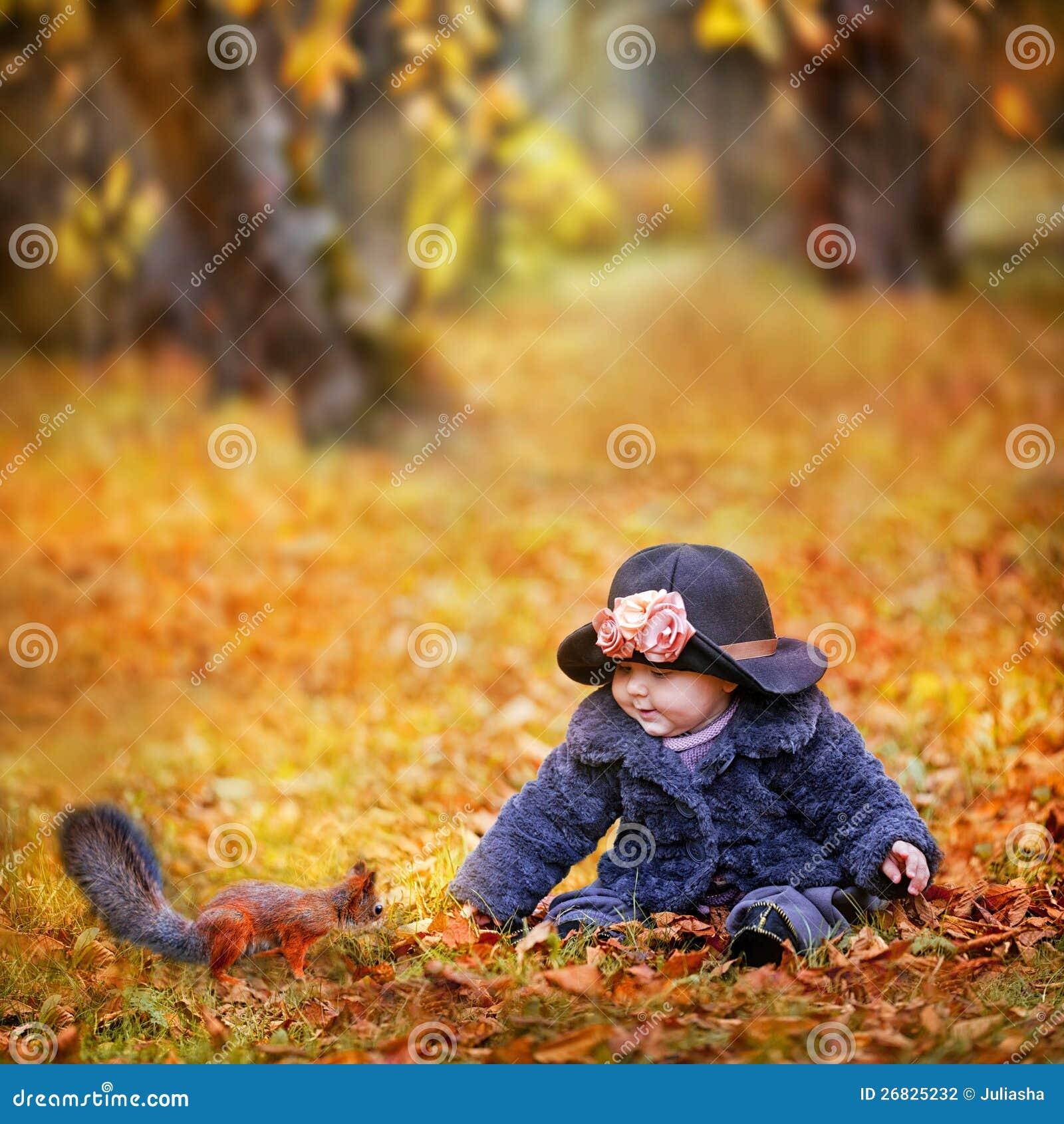 小女孩在秋天公园