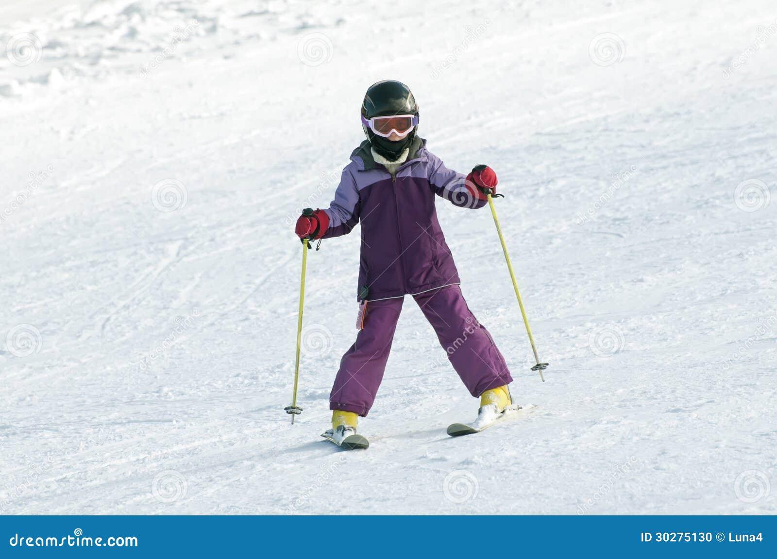 小女孩滑雪