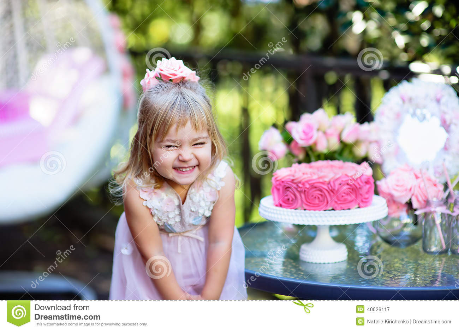 小女孩庆祝与室外的玫瑰的生日快乐党