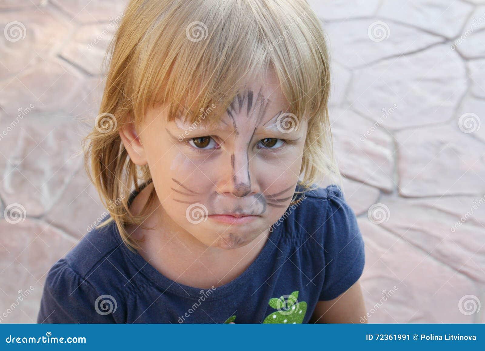 小女孩感到哀伤