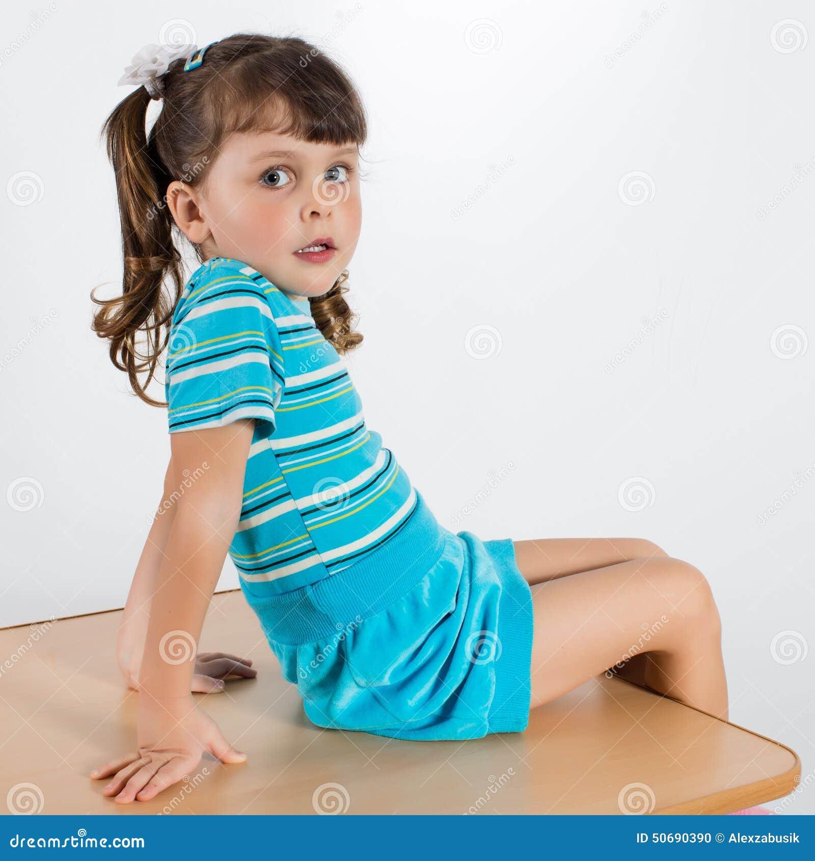 Download 小女孩摆在室内 库存照片. 图片 包括有 人员, 女孩, 无罪, 生活方式, backarrow, 逗人喜爱 - 50690390
