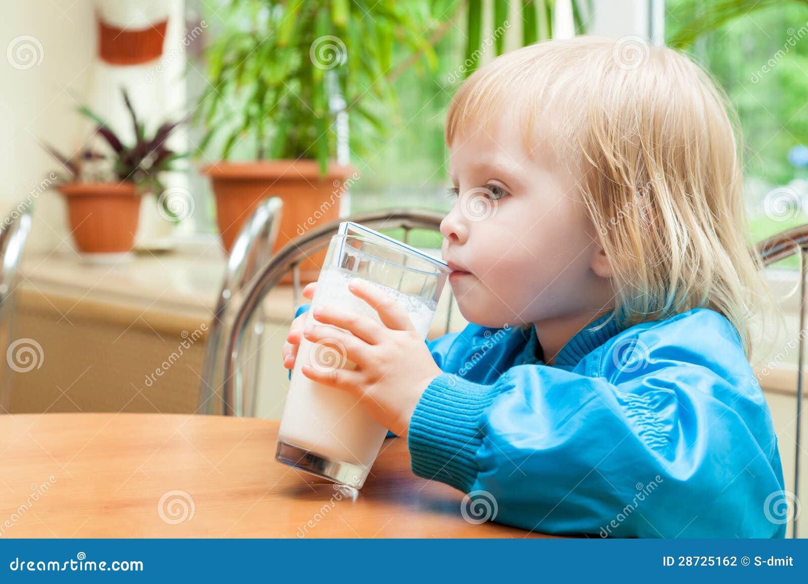 小女孩是饮用奶