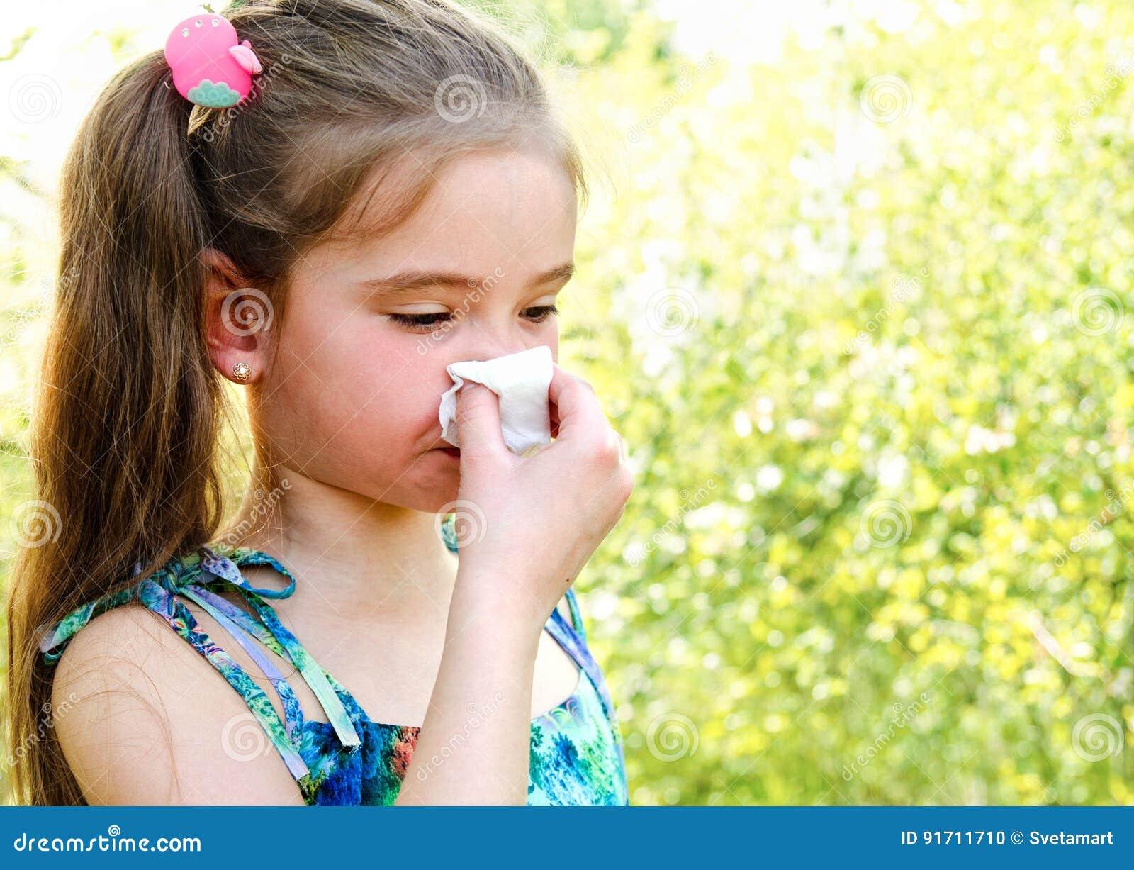 小女孩有反弹的过敏开花和吹她的没有