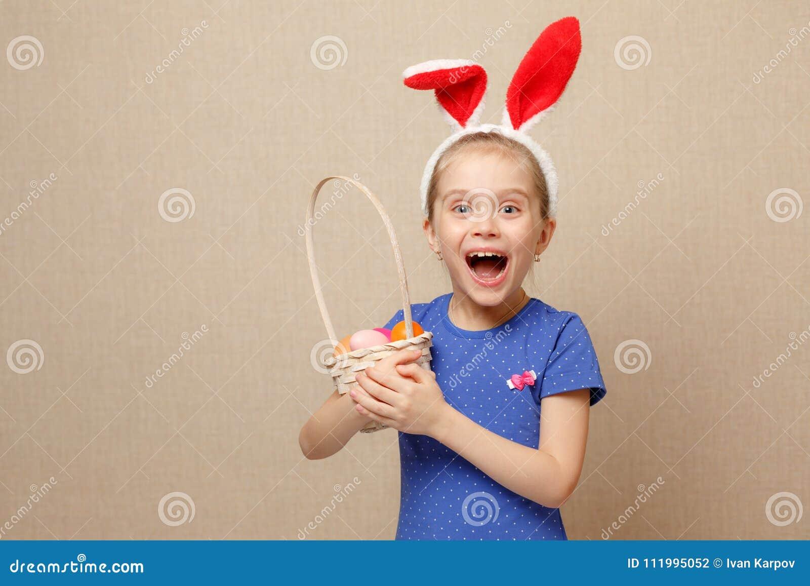 小女孩用篮子复活节彩蛋