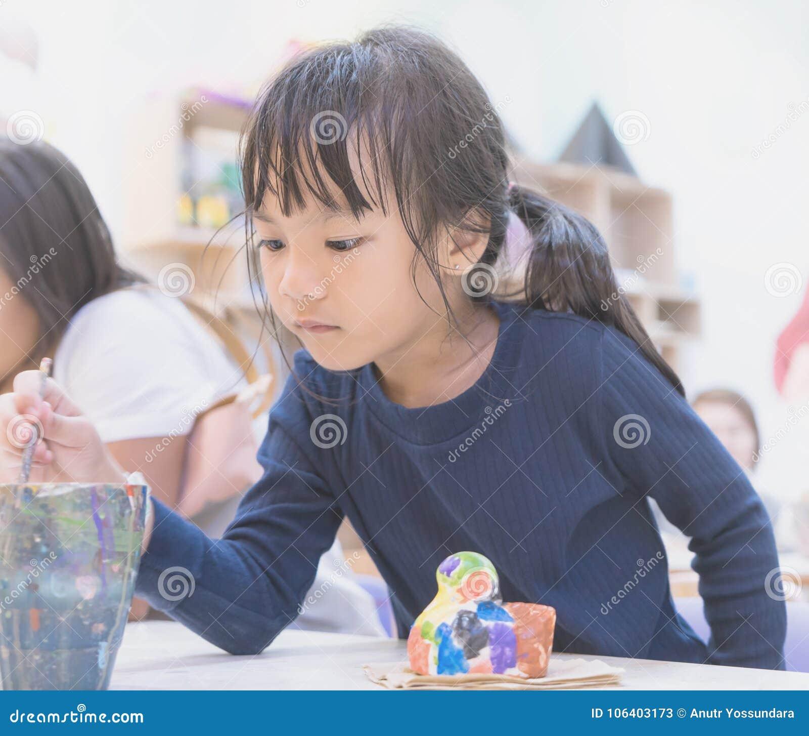 小女孩绘画在艺术教室