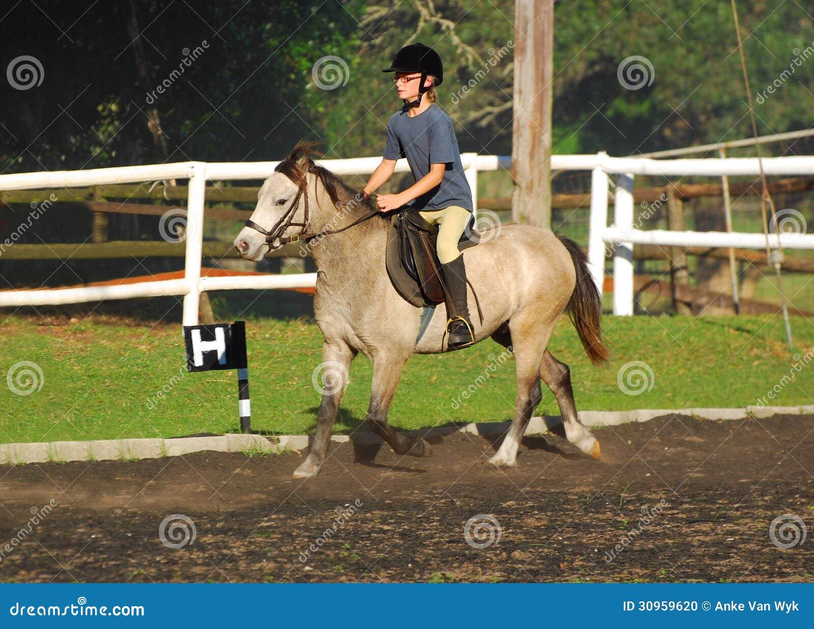 小女孩马骑术