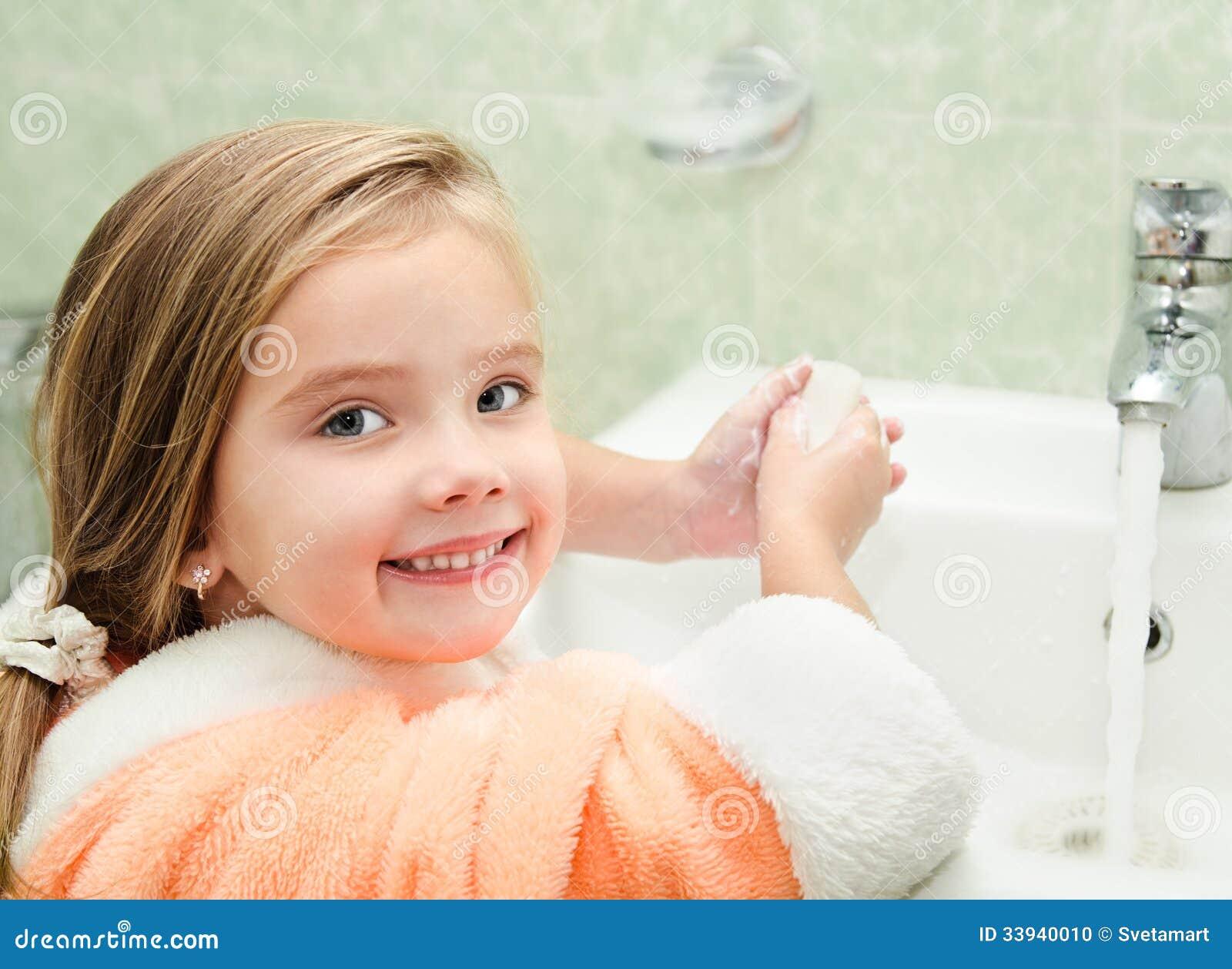 小女孩洗涤的手