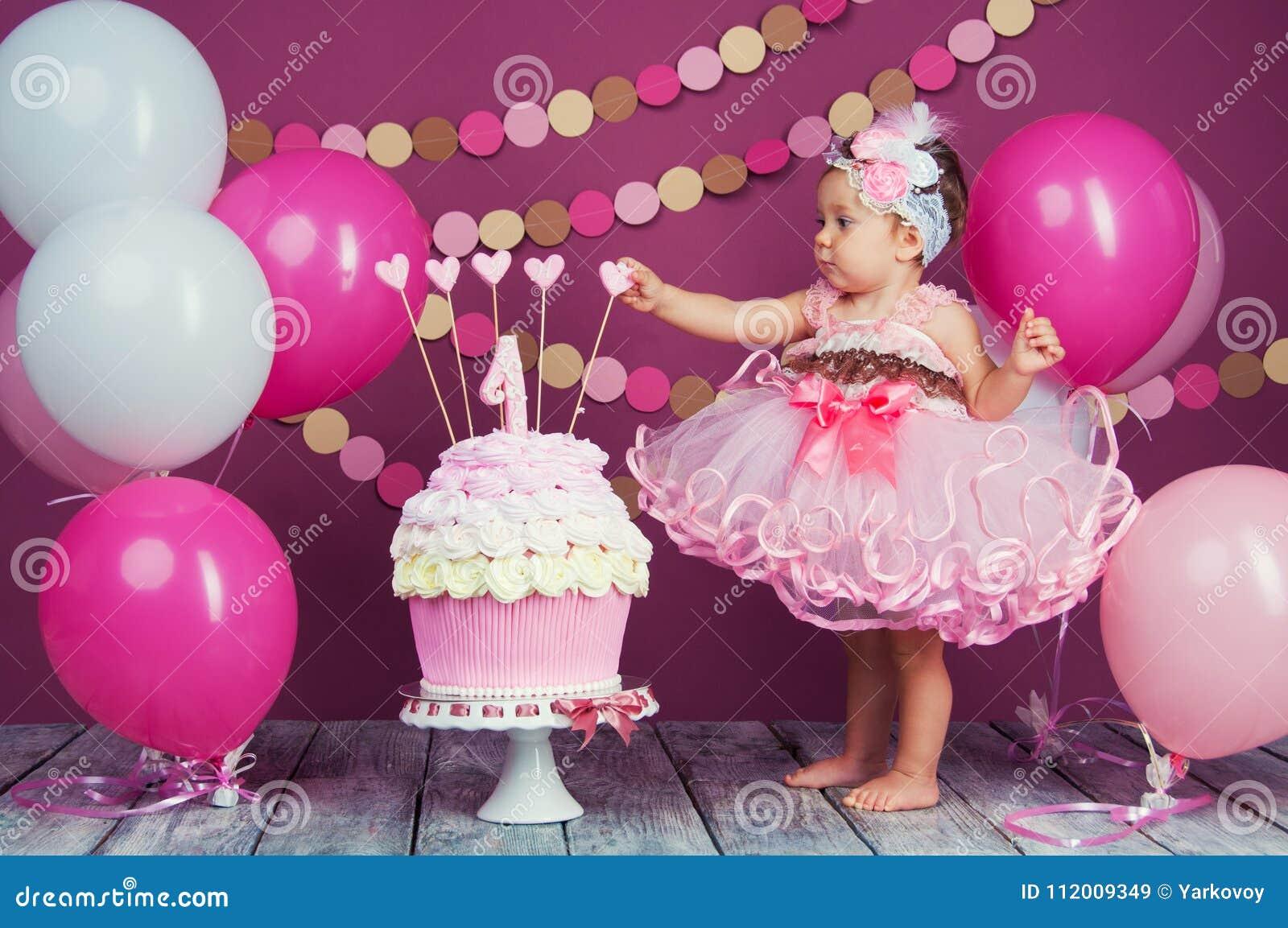 小女孩` s生日女孩被抹上了入蛋糕 第一个蛋糕 使用第一个蛋糕 抽杀蛋糕