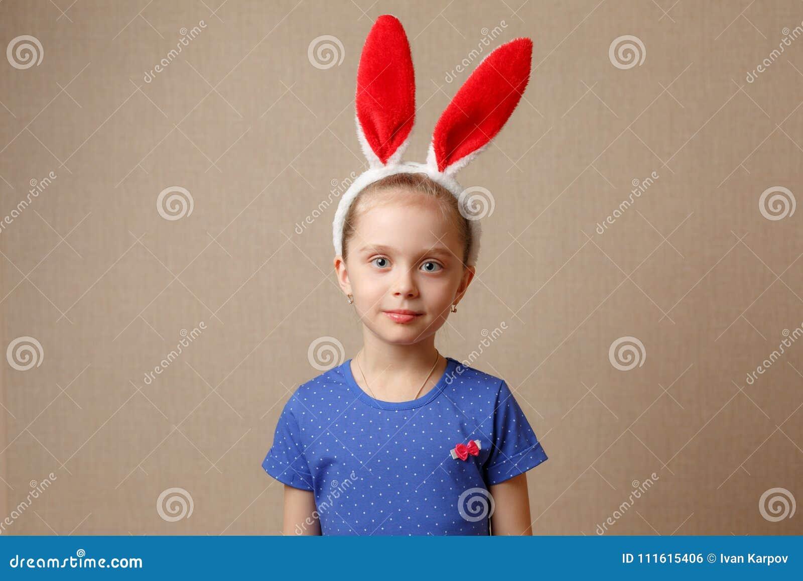 小孩女孩佩带的兔宝宝耳朵在复活节天