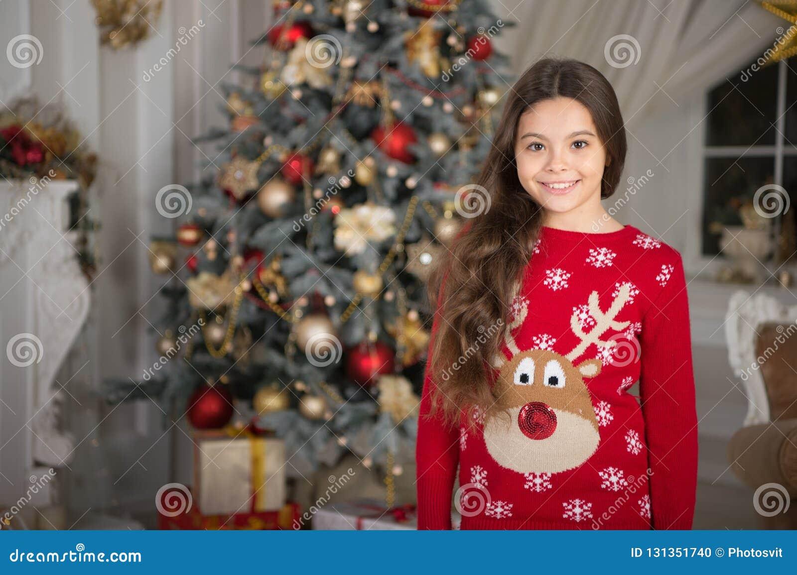 小孩女孩喜欢xmas礼物 新年好 圣诞节的小愉快的女孩 圣诞节 孩子享受假日