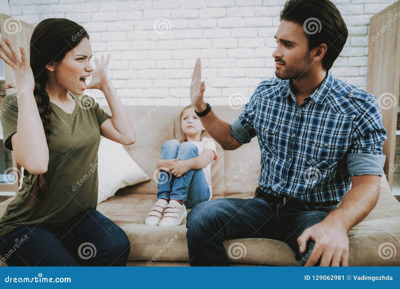 小孩子在家遭受家庭争吵