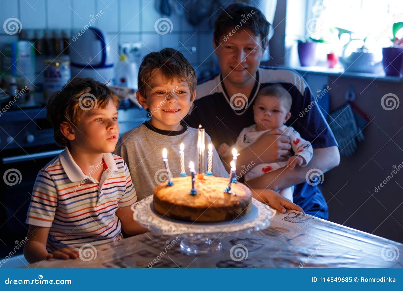 小孩男孩和庆祝生日的家庭、父亲、兄弟和小姐妹