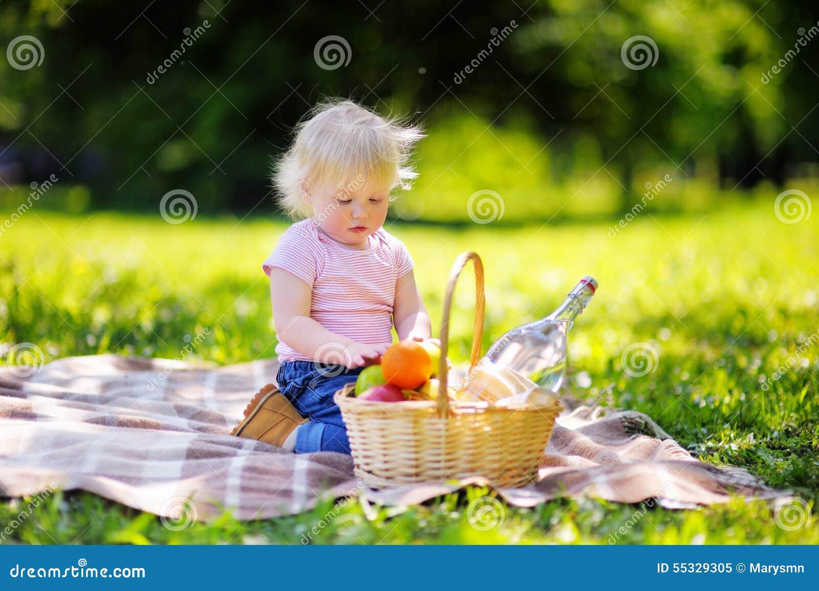 小孩男孩有野餐在公园