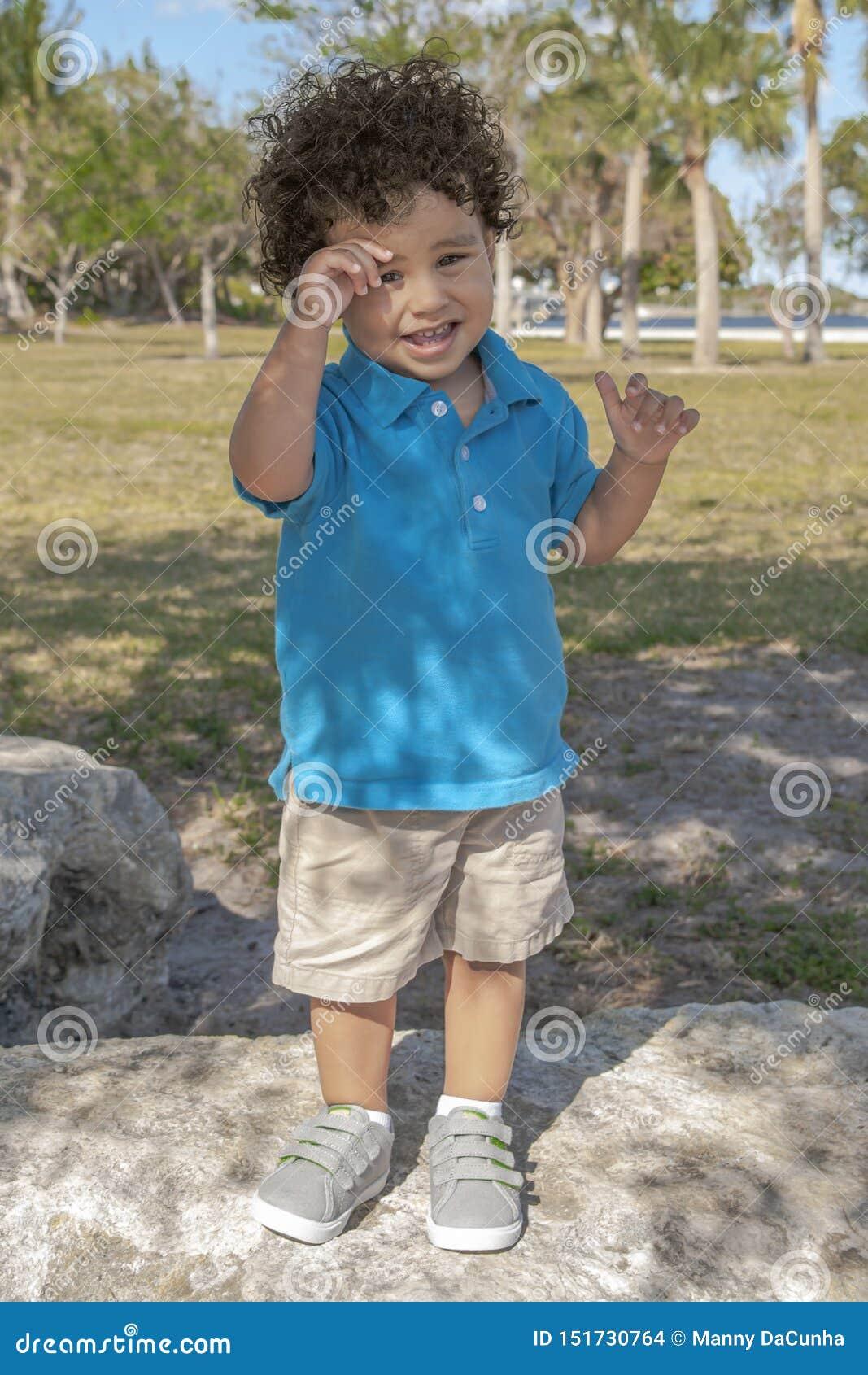小孩站立在大冰砾在地方公园