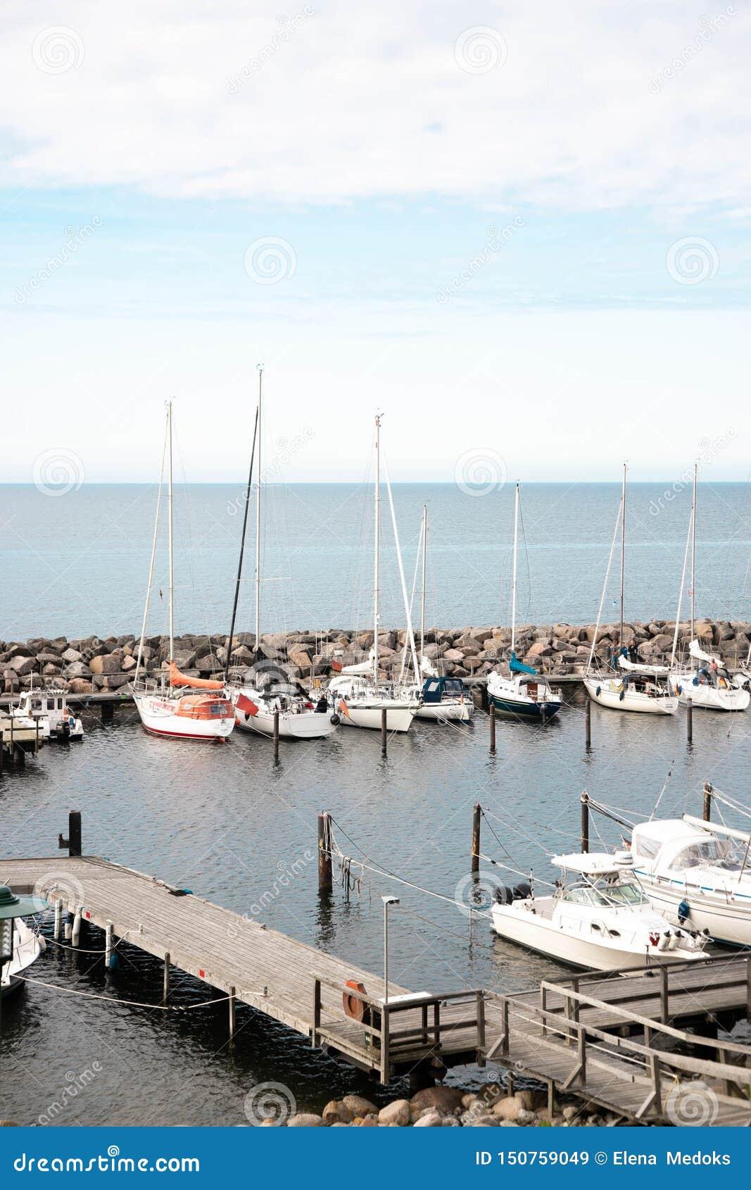 小小游艇船坞的看法有渔船和游艇的 安静的港口在波罗的海