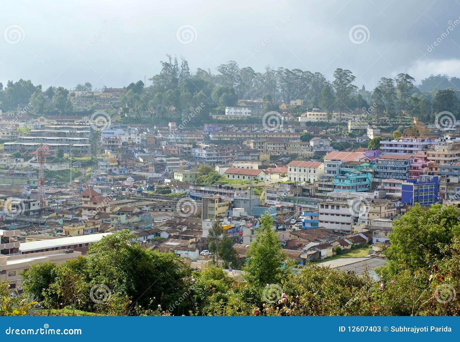 小山全景被结算的城镇视图