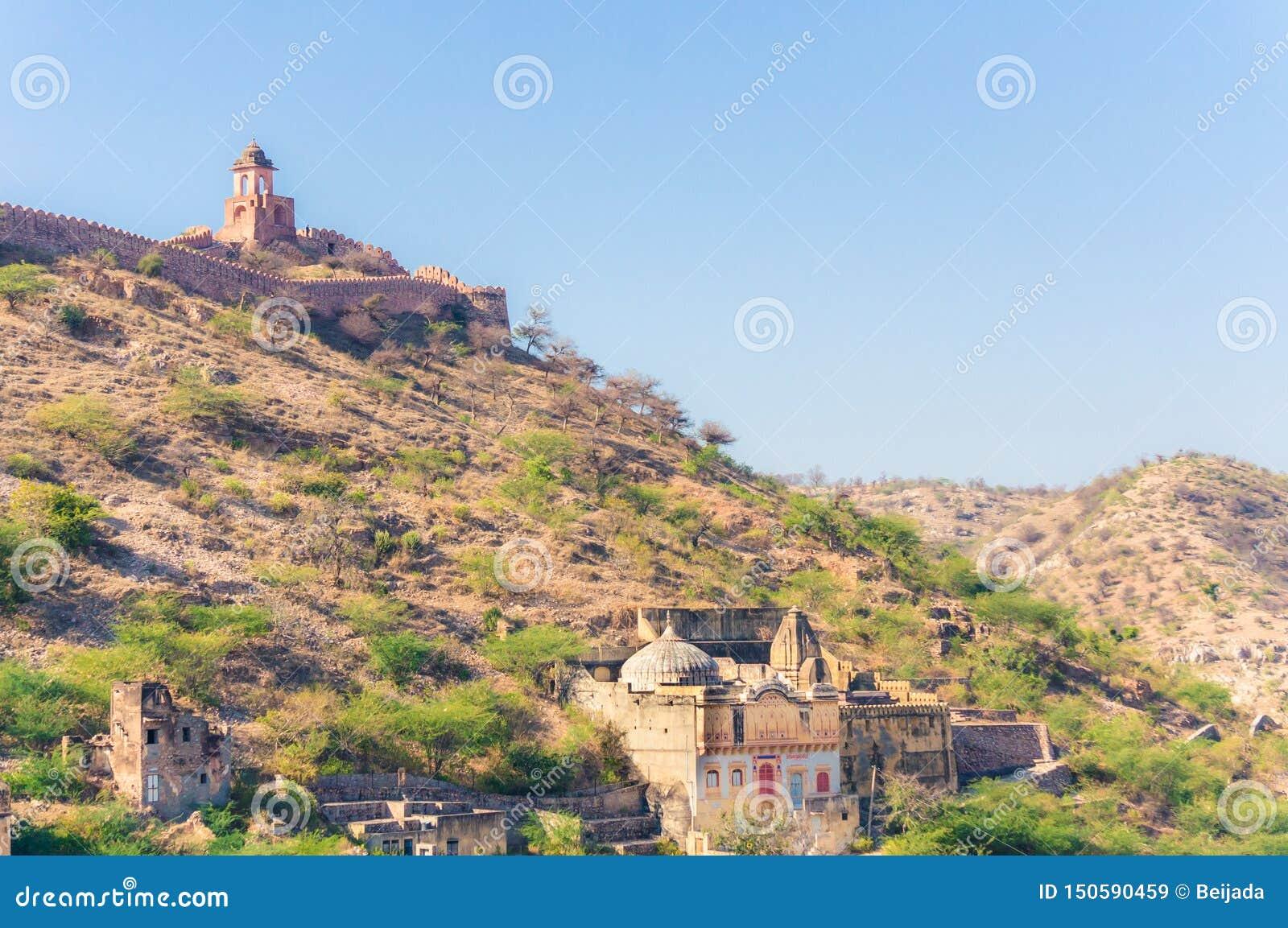小山和山看法在阿梅尔镇,拉贾斯坦,印度附近有古老墙壁的