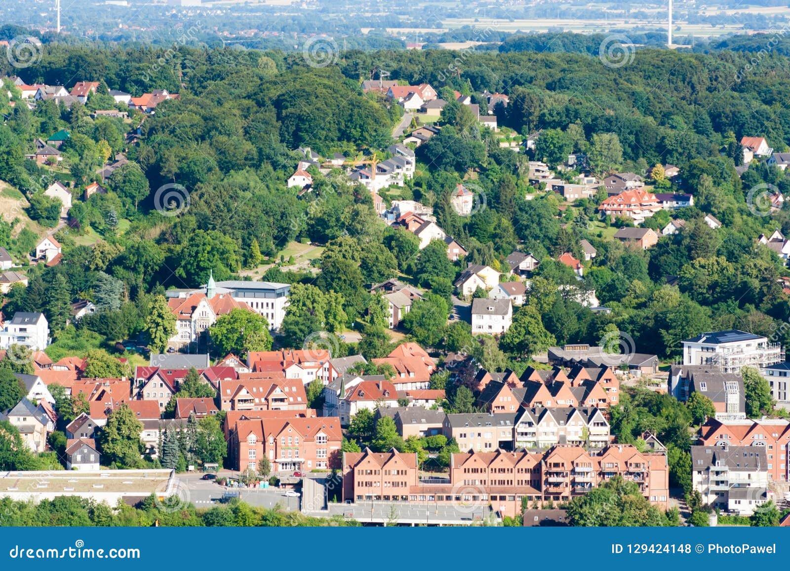 小山的许多房子在树中 稠密的人口在城市 从概略的看法拍的照片