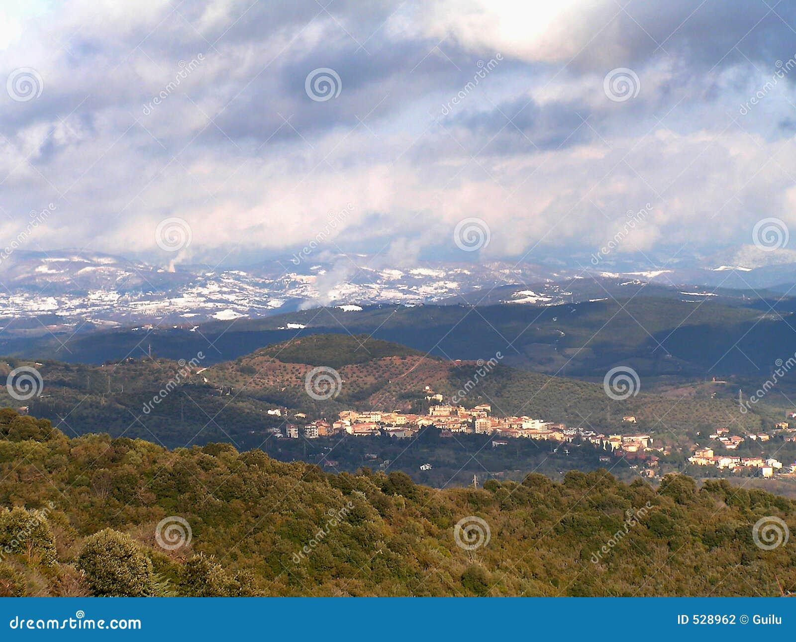 Download 小山 库存照片. 图片 包括有 云彩, 小山, 横向, 地中海, 房子, 绿色, 冬天, 工厂, 天空, 植被 - 528962