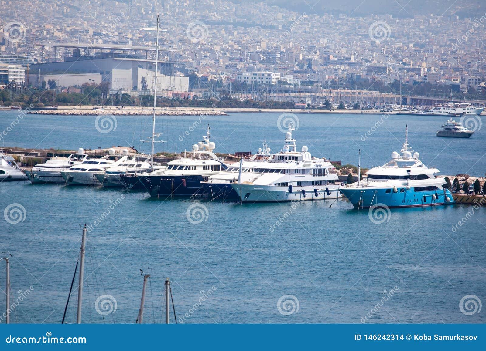 小帆船和游艇靠码头在比雷埃夫斯,希腊港
