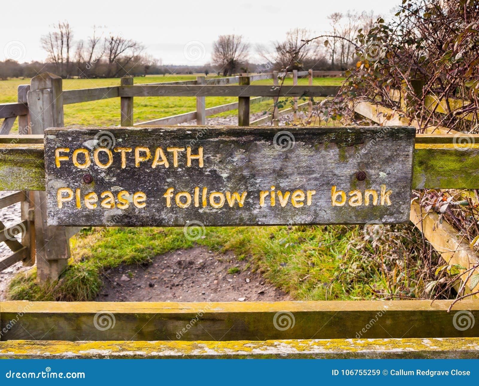 小径请跟随河岸黄色被绘的被刻记的木