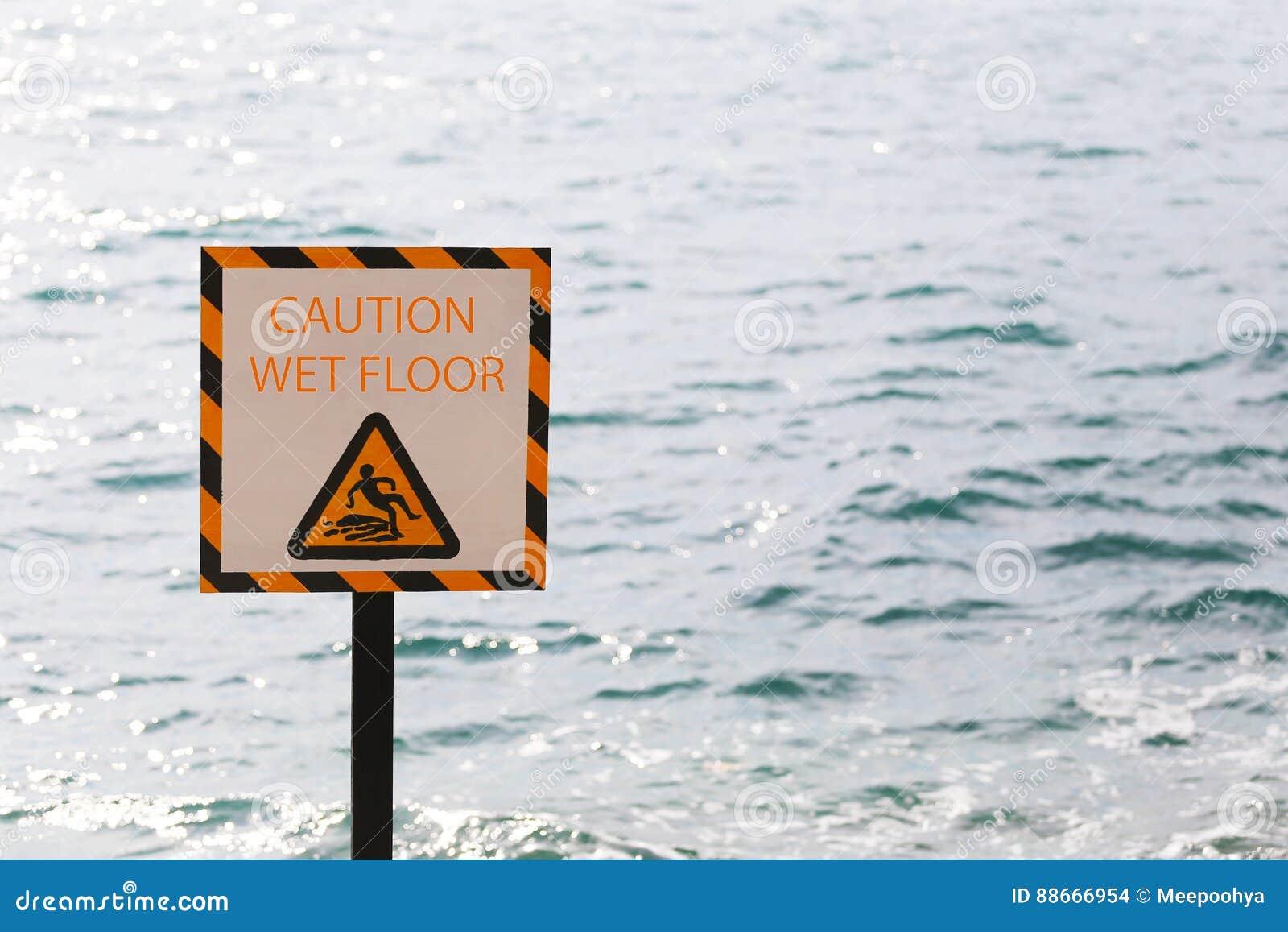 小心警告标记在海边区域弄湿了地板