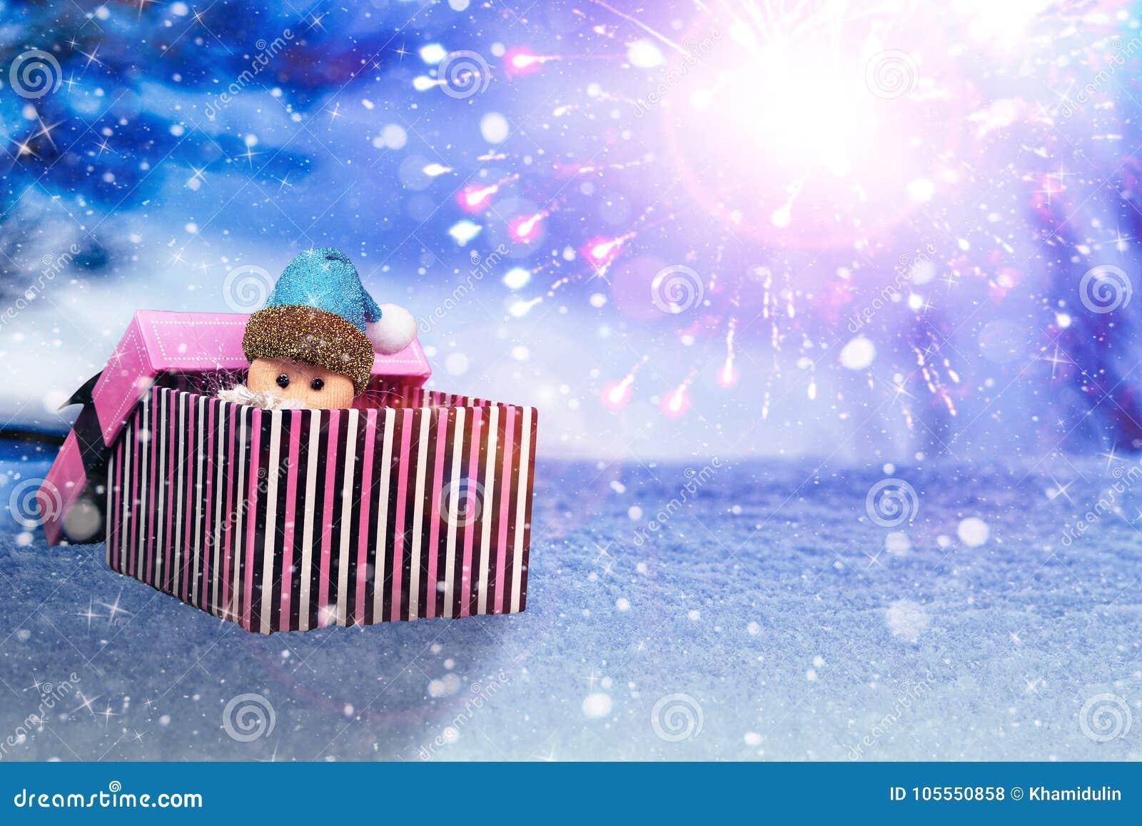 小手工制造礼物盒和圣诞老人在发光的蓝色夜