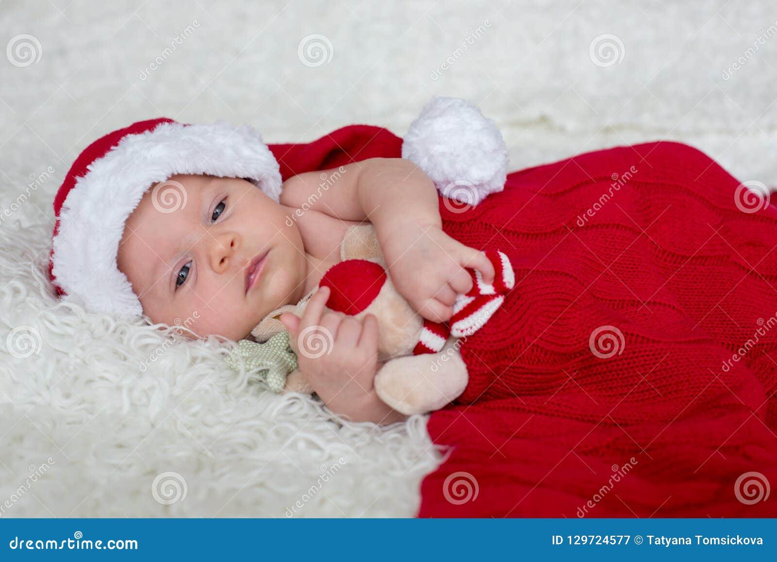 小新出生的男婴,佩带的圣诞老人帽子